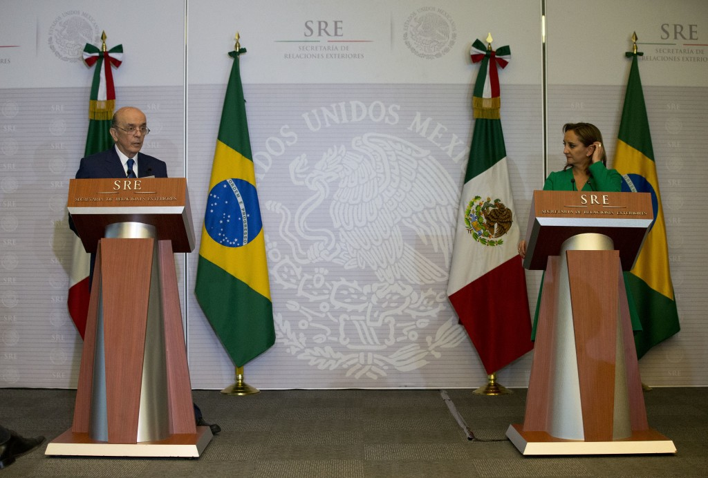 José Serra y su homóloga mexicana, Claudia Ruiz Massieu, (AP)