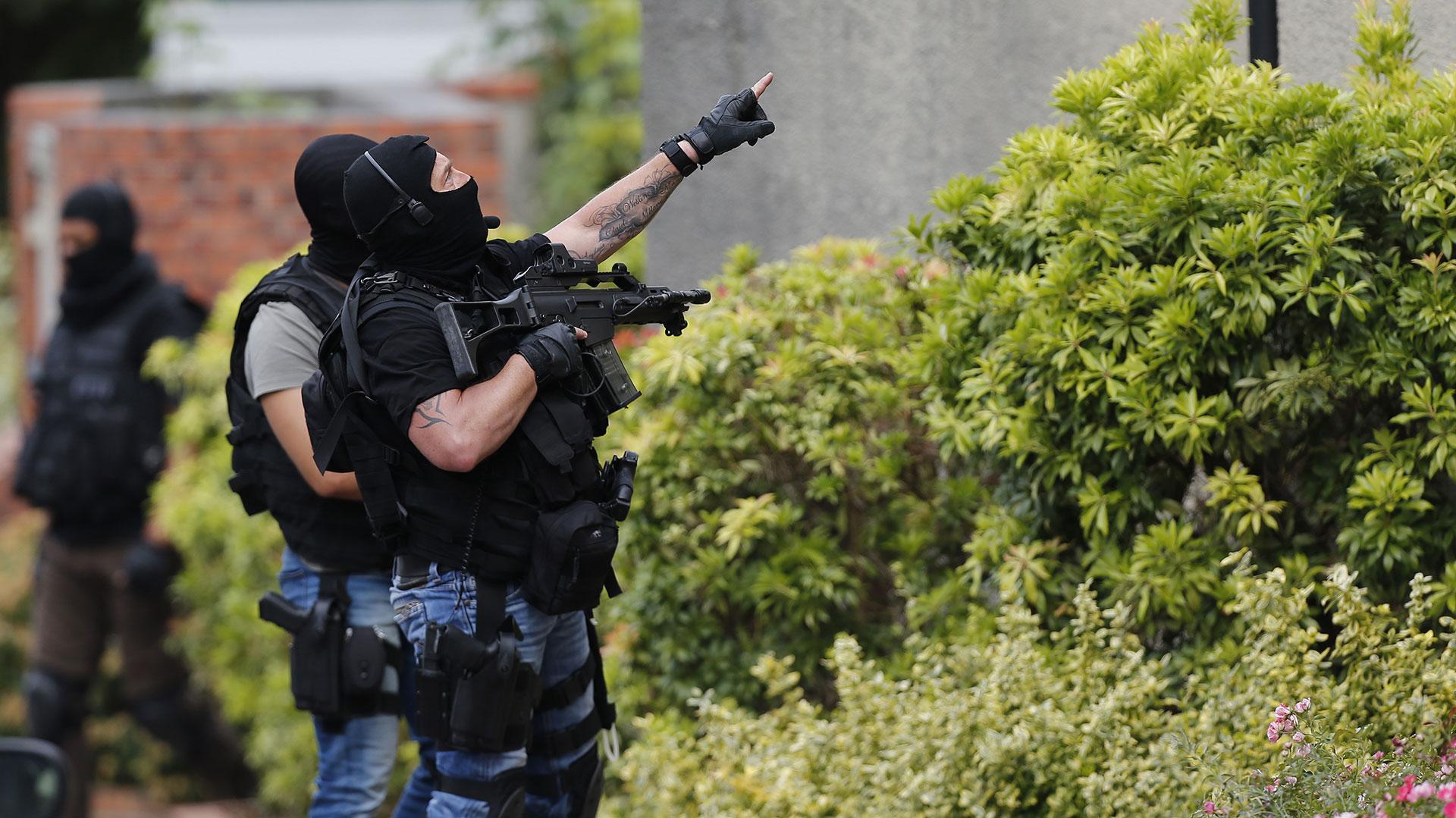 Un grupo de agentes de fuerzas de seguridad planifica de qué manera concretar el rescate (AFP)