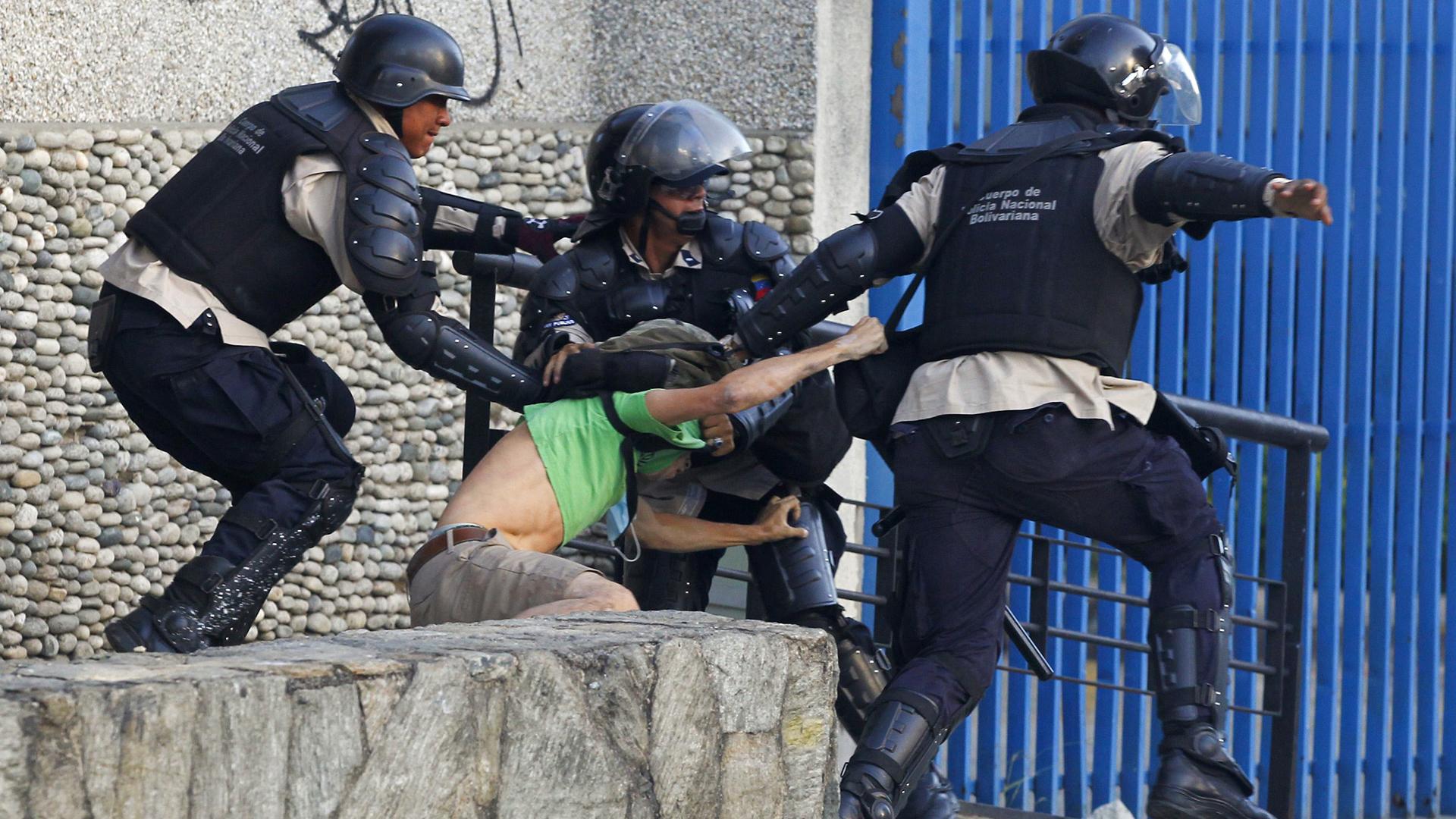 La Policía chavista se lleva detenida a una persona en una manifestación contra el régimen (Reuters)