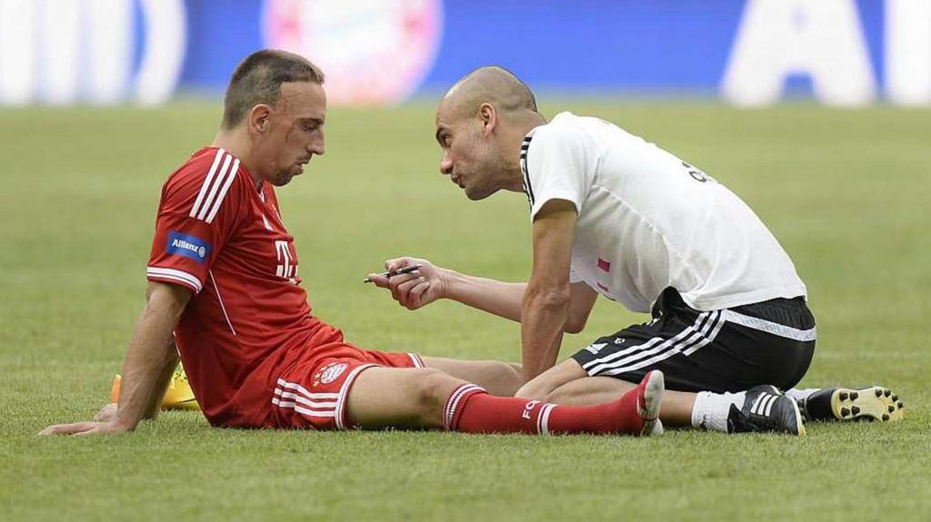 Pep Guardiola da indicaciones a Franck Ribery, notablemente exhausto(EFE)