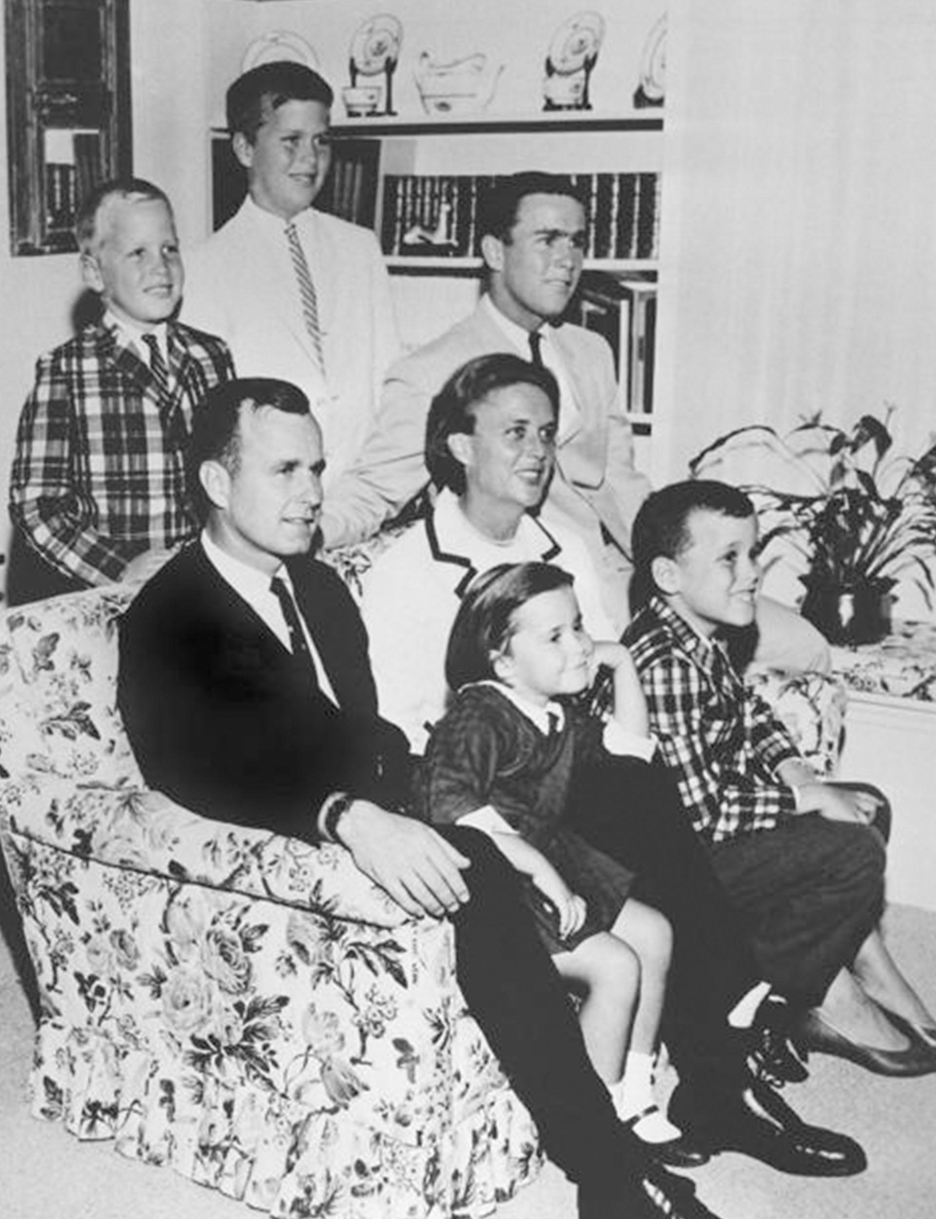 En1964, Barbara Bush con su esposoy sus hijos George W. Bush, Neil, Jeb Bush, Marvin yDorothy