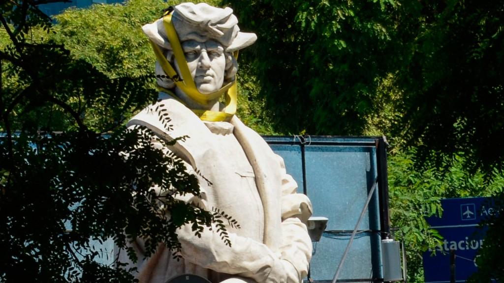 El monumento de Cristóbal Colón está desarmado y a la intemperie en un predio de la Costanera Norte.