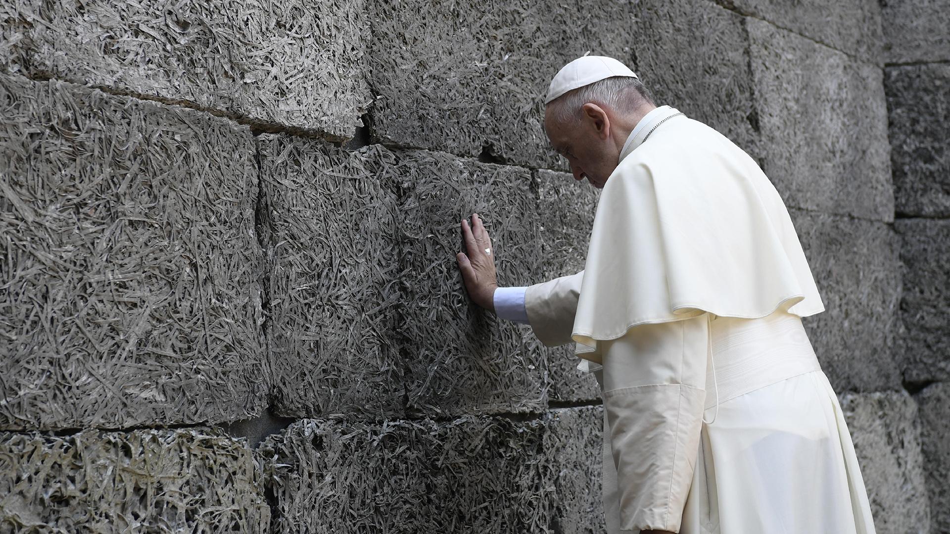 """Francisco reza frente al """"muro de la muerte"""" (AFP)"""