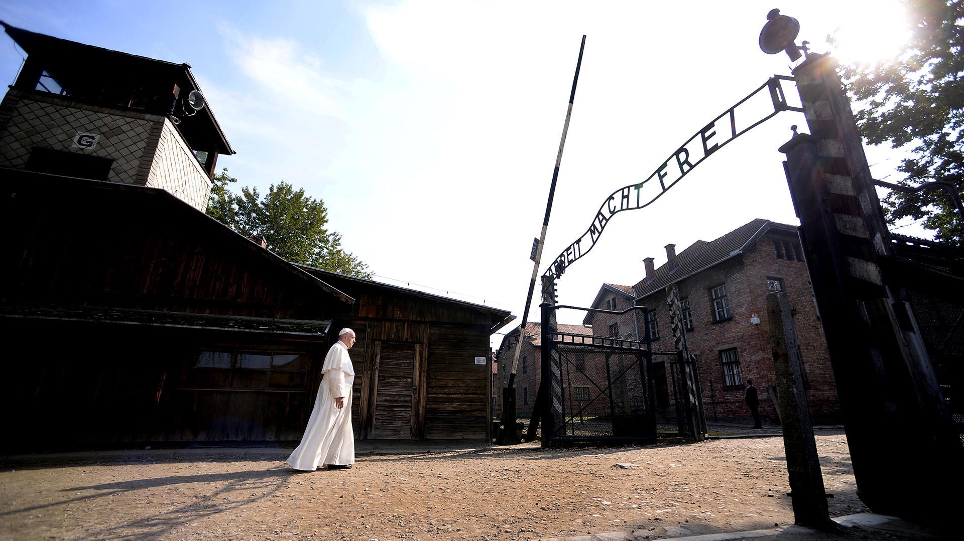 """El papa Francisco llegó al campo de concentración nazi de Auschwitz y atravesó su entrada bajo la inscripción en hierro forjado """"Arbeit macht frei"""" (El trabajo os hace libres) para comenzar su recorrido silencioso por el lugar donde fueron exterminadas más de un millón de personas (REUTERS)"""