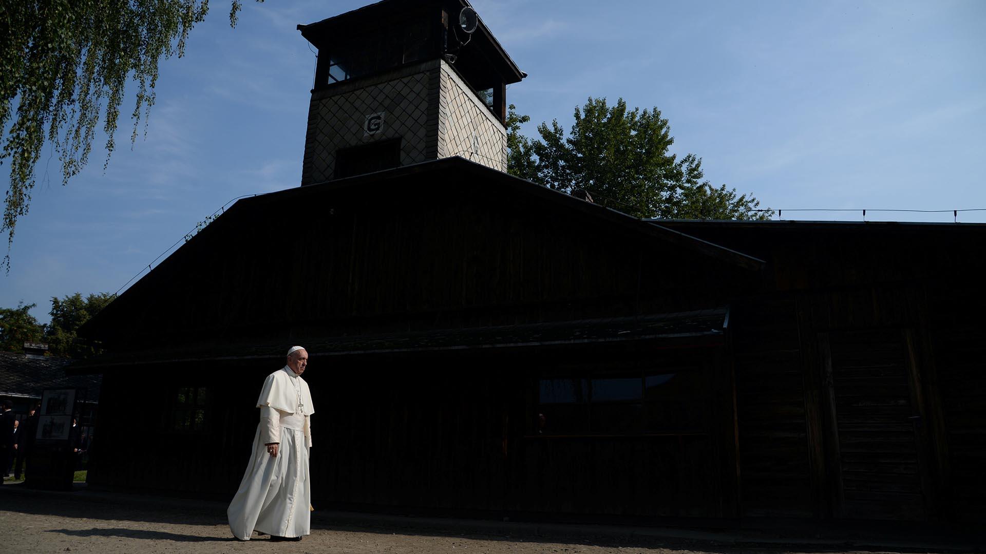 El papa Francisco llegó este viernes a los campos de exterminio nazi de Auschwitz y Birkenau, donde pasó cerca de dos horas (Reuters)