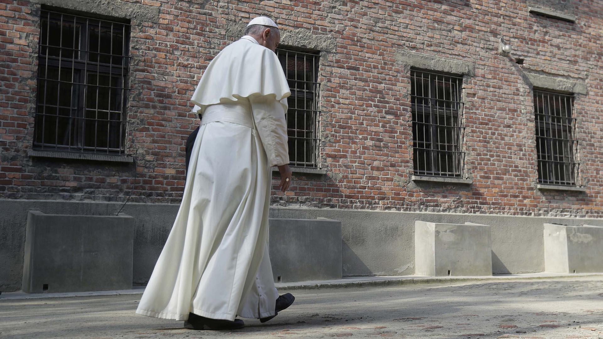 El papa Francisco camina cabizbajo durante su visita al campo de concentración nazi de Auschwitz (Reuters)