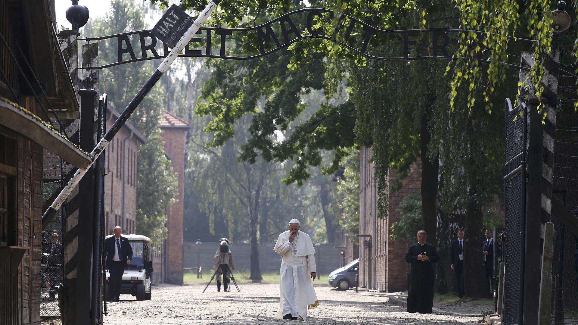 Francisco no pronunció discursos. Recorrió el campo de exterminio en silencio y oración (Reuters)