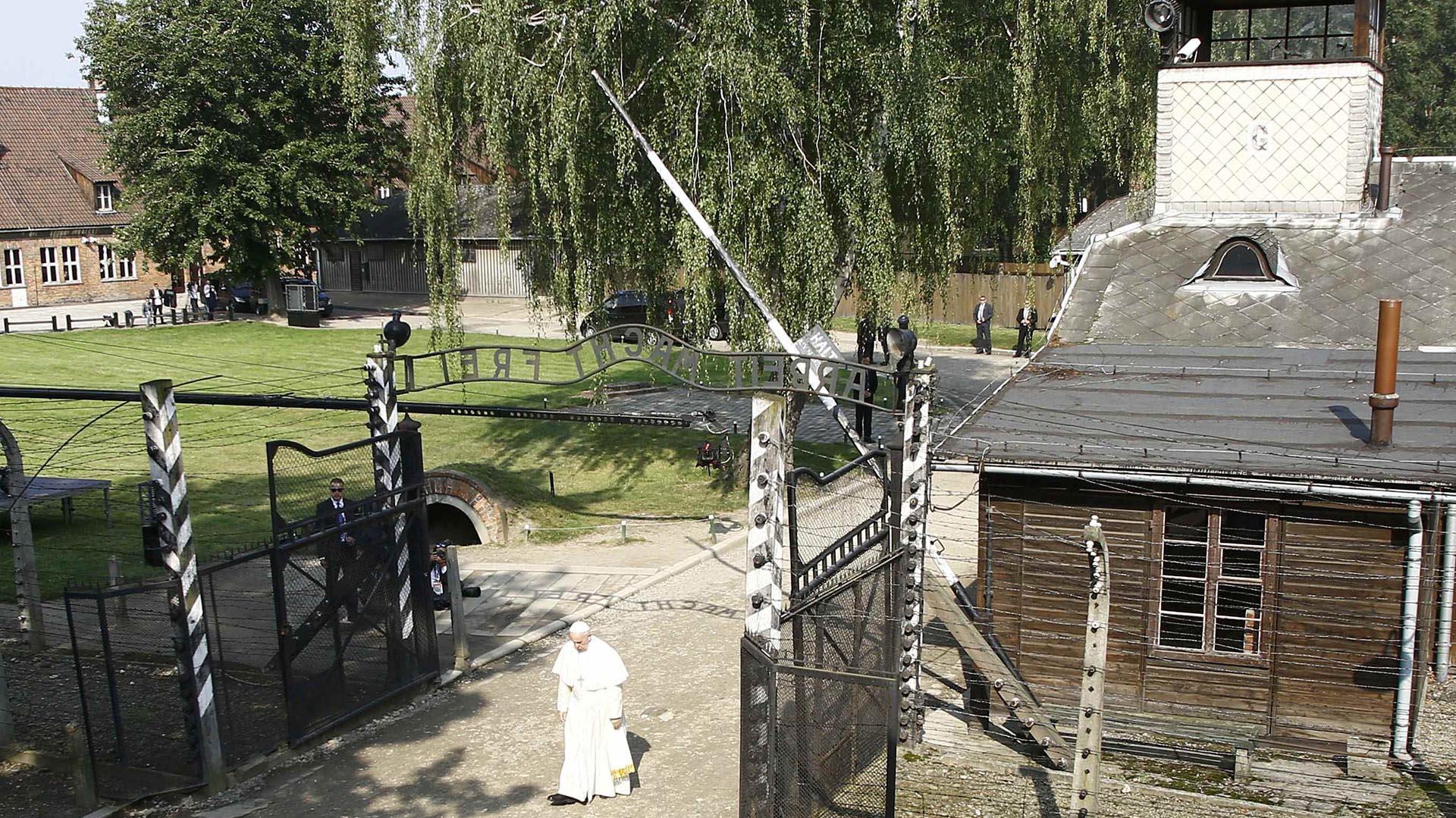 Francisco durante su recorrido silencioso por las instalaciones del campo de concentración de Auschwitzen Oswiecim (Reuters)