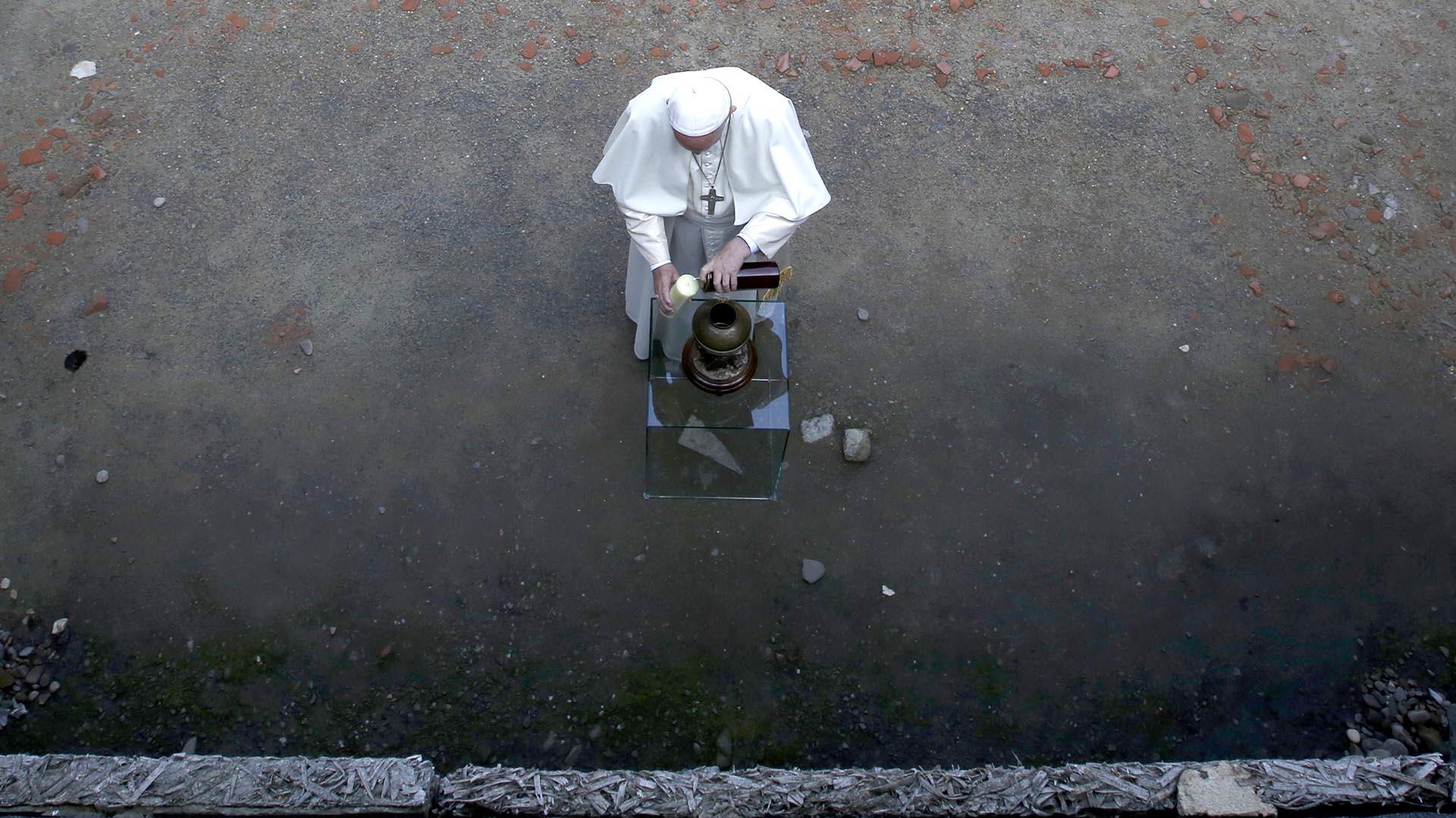 """Francisco es el tercer Papa que visita el campo de exterminio. El primero fue el polaco Karol Wojtyla, en 1979. Juan Pablo II se encontró entonces con Franciszak Gajownizek, el hombre al que el padre Kolbe había salvado la vida. También Benedicto XVI hizo un recorrido por el campo en 2006, cuando dijo que este dejaba una tremenda interrogación: """"¿Por qué, Señor, has tolerado esto?"""" (Reuters)"""