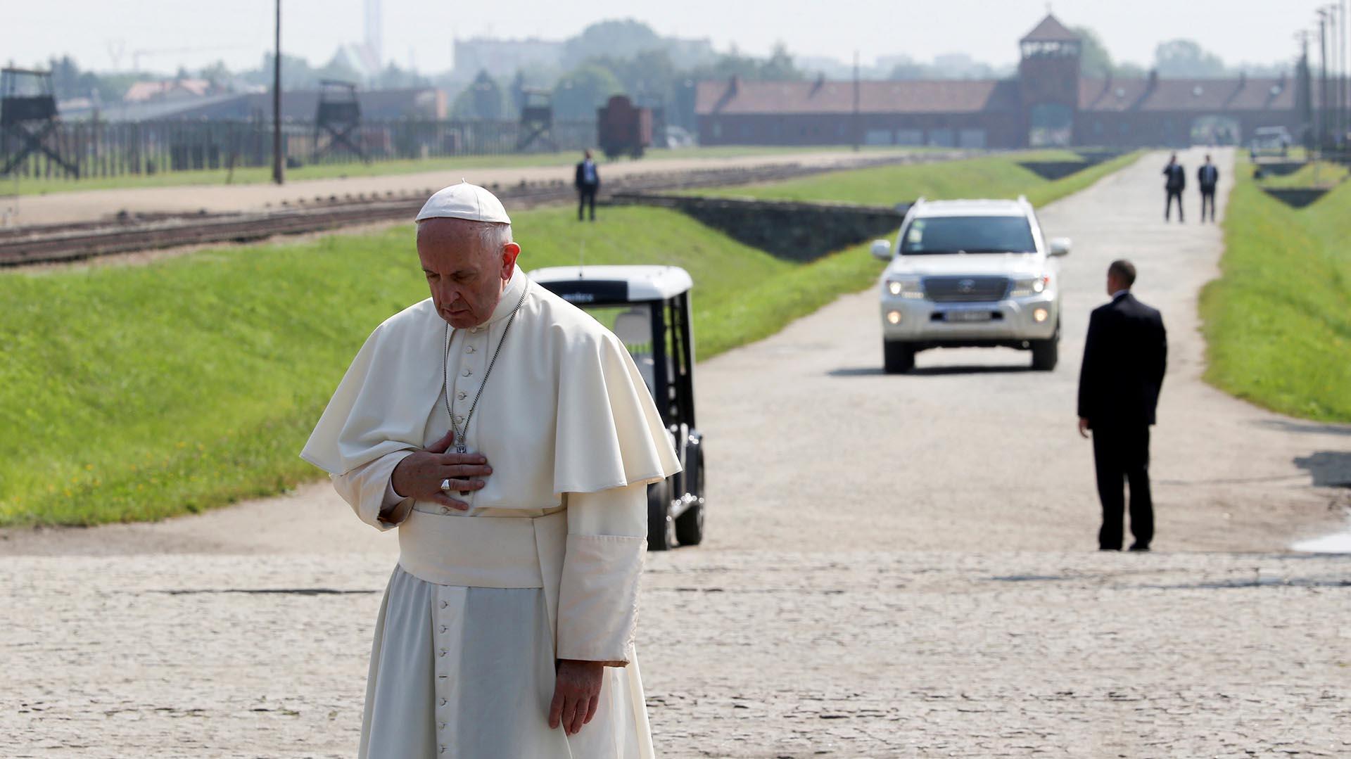 Frtancisco prefirió que su recorrido sea en silencio y soledad (Reuters)