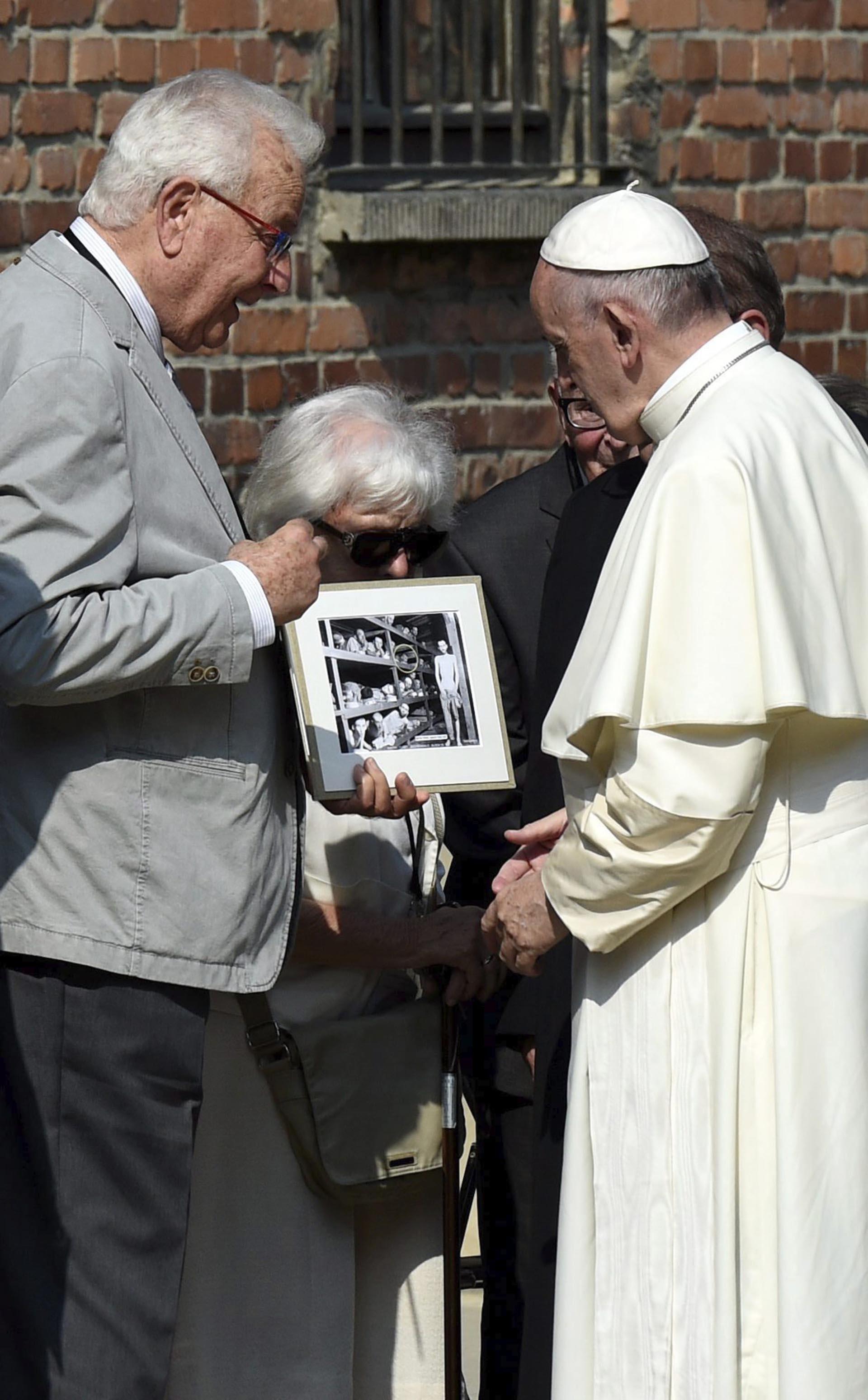 Francisco conversa con Naftali Fierst, uno de los diez supervivientes de Auschwitz con los que se reunió durante su visita al campo de concentración (EFE)