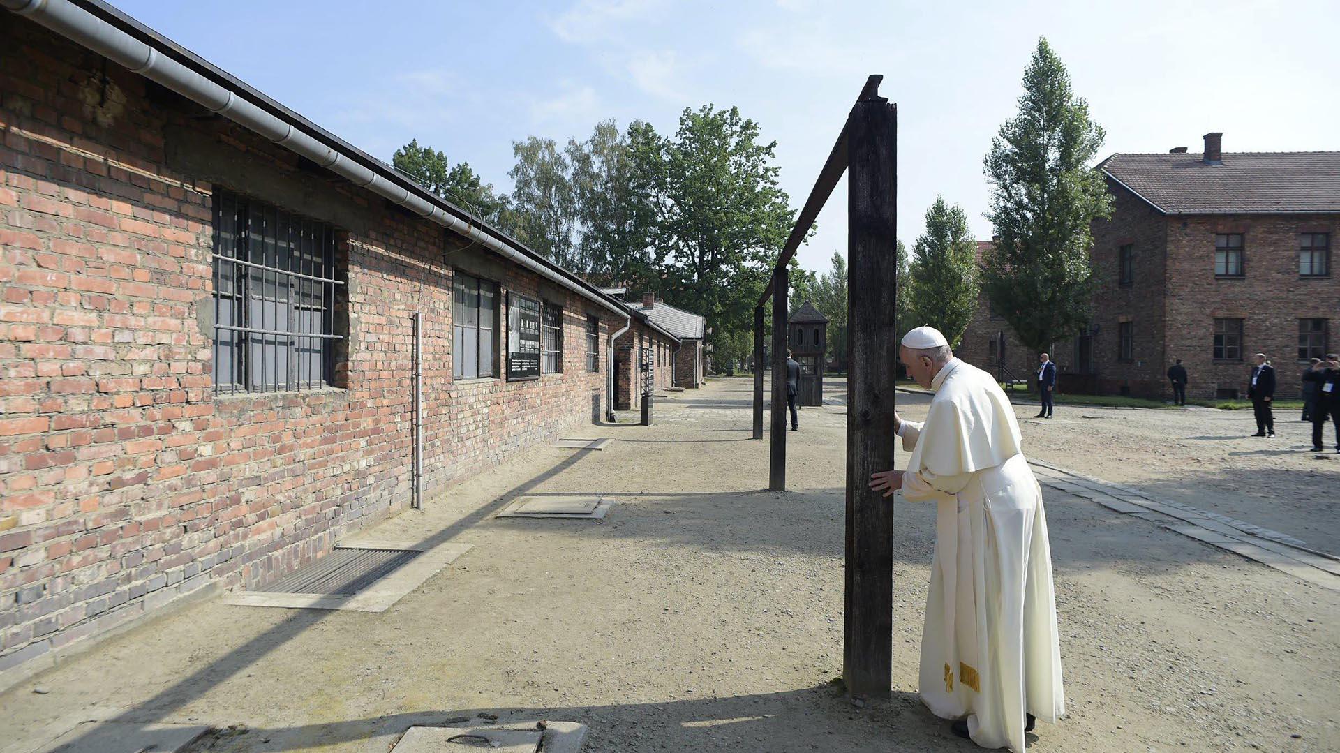 Francisco reza durante su visita al campo de concentración nazi de Auschwitz (EFE)