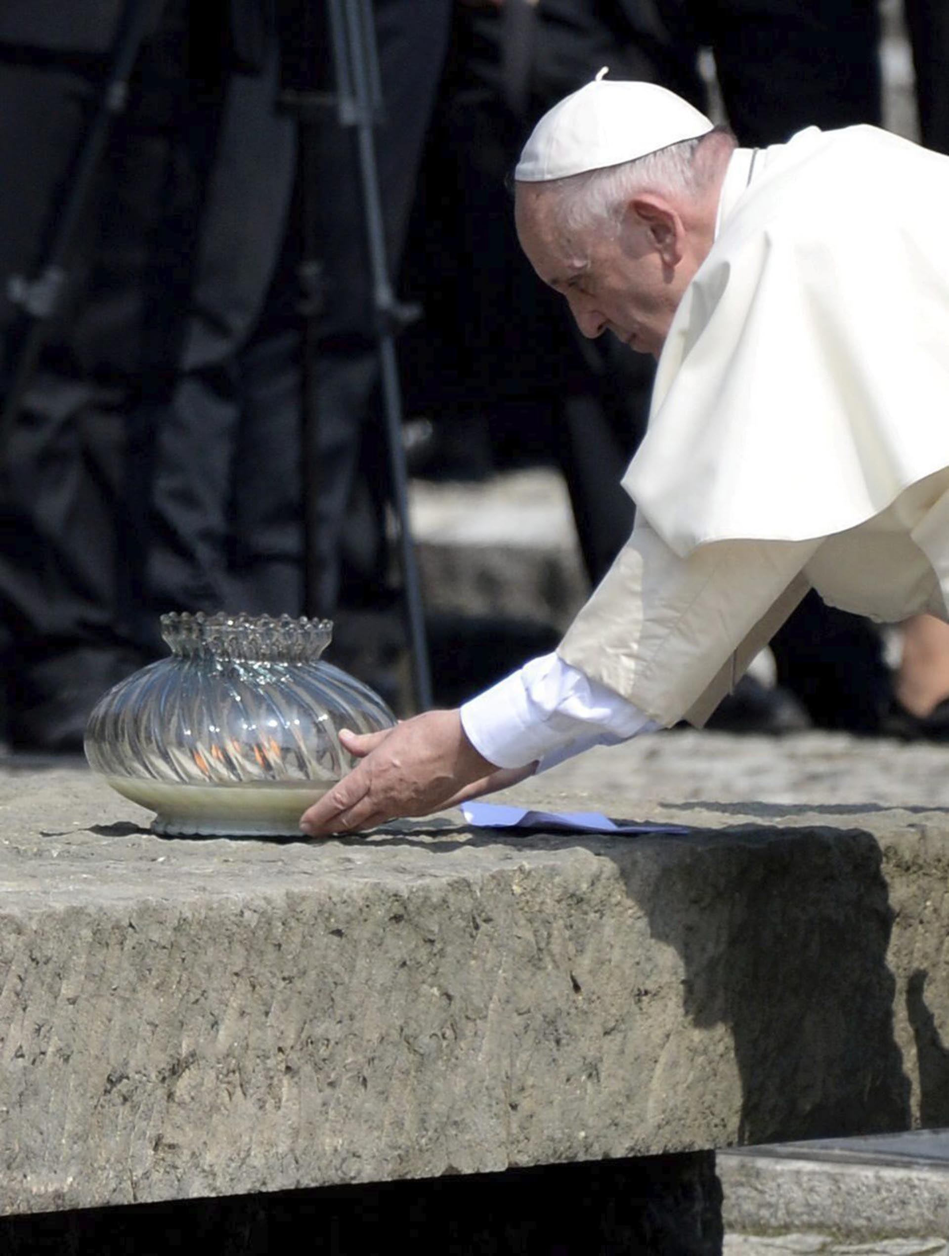 EL Sumo Pontífice enciende una vela ante el Monumento Internacional a las Víctimas del Fascismo (EFE)