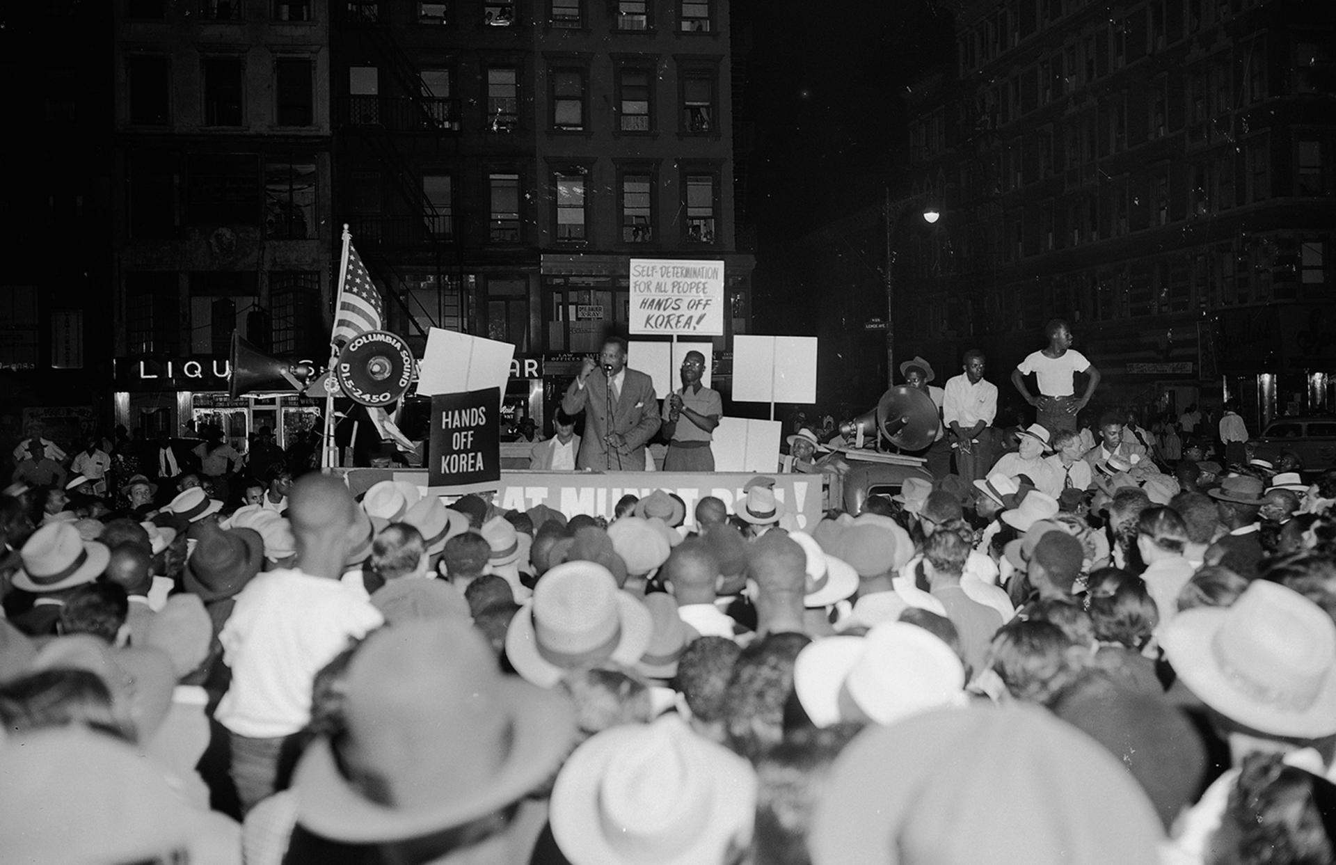"""El cantante Paul Robeson se dirige a una manifestación """"Manos Fuera de Corea"""", en la esquina de la calle 126 y la Avenida Lenox en la sección de Harlem de Nueva York, el 3 de julio, 1950 (AP)"""