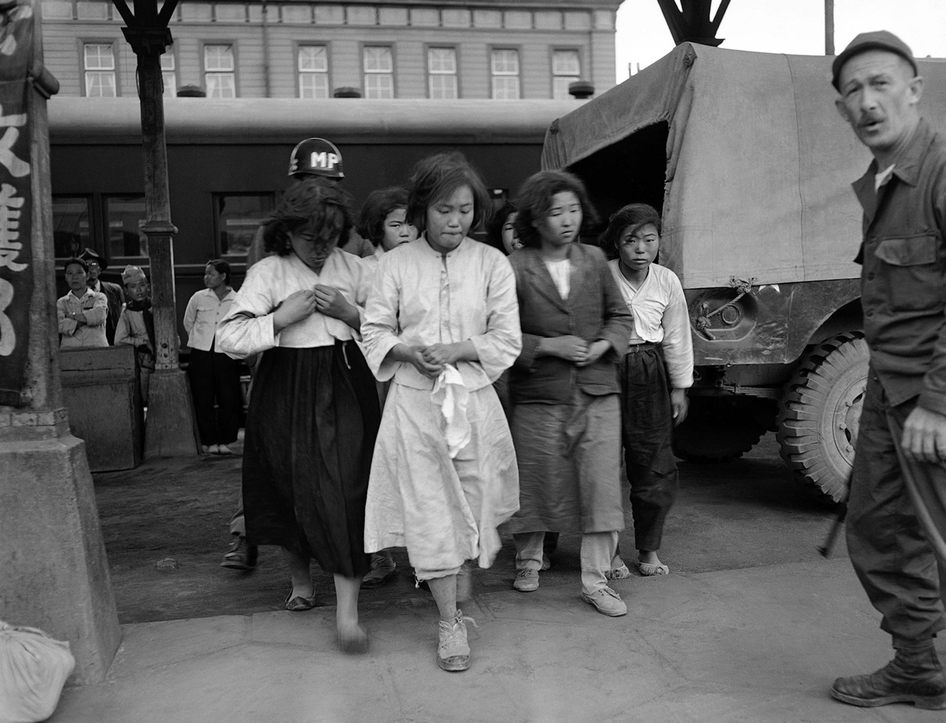 Capturadas por las fuerzas estadounidenses en la zona de Daegu Corea del Sur el 8 de octubre de 1950, estas chicas de Corea del Norte son enviadas en un tren a un campo de prisioneros en Pusan (AP)