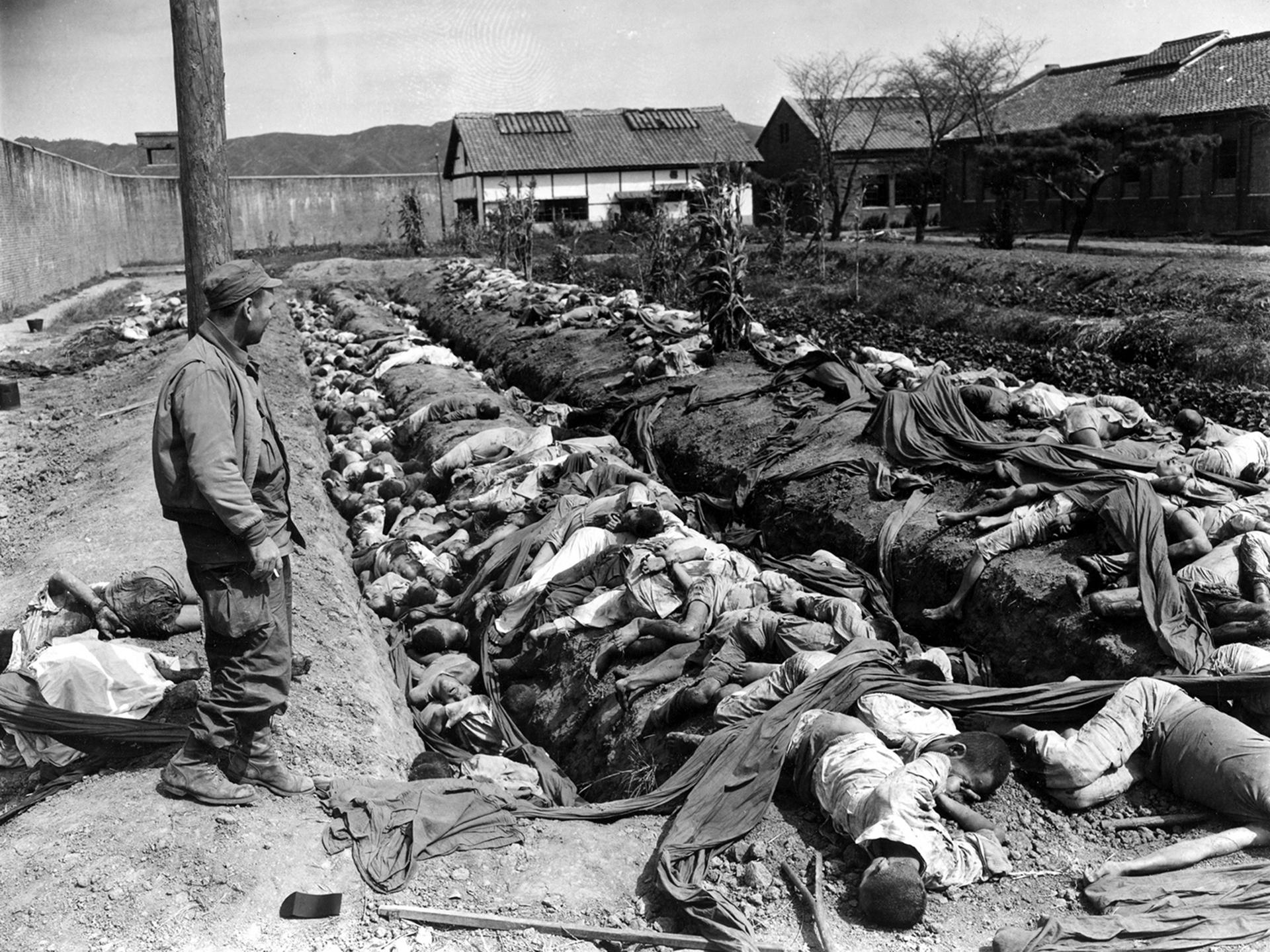 Una fosa común con 400 ciudadanos coreanos en el patio de la prisión de Taejon, el 28 de septiembre de 1950. Las víctimas fueron atadas y asesinadas por las fuerzas en retirada comunistas antes de que las tropas 24ª división EUA recapturaron la ciudad 28 de septiembre (AP)