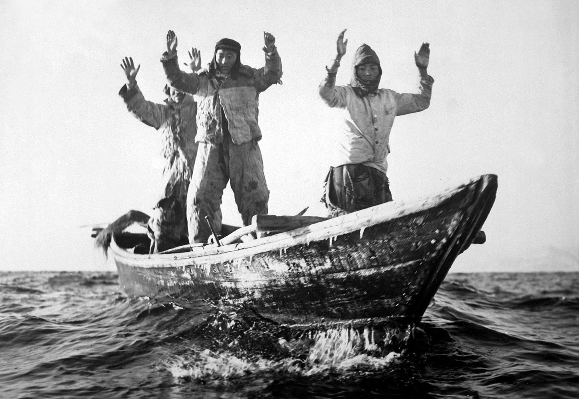 Tres comunistas coreanos en un barco de pesca son capturados por el USS Manchester frente a la costa de Corea el 10 de mayo de 1951 (Navy)