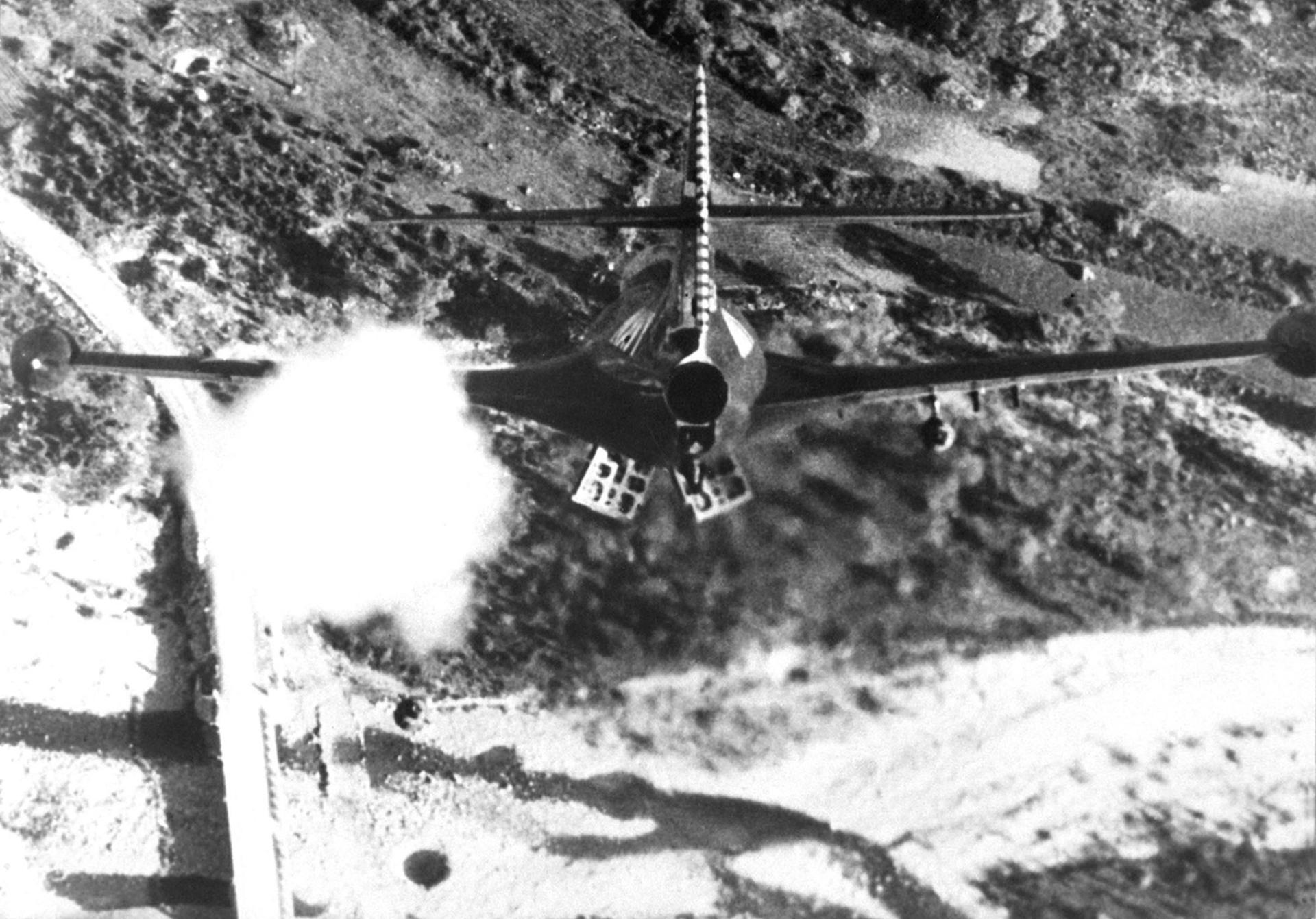 Un avión bombardeando un puente de Corea en noviembre de 1952 (Navy)