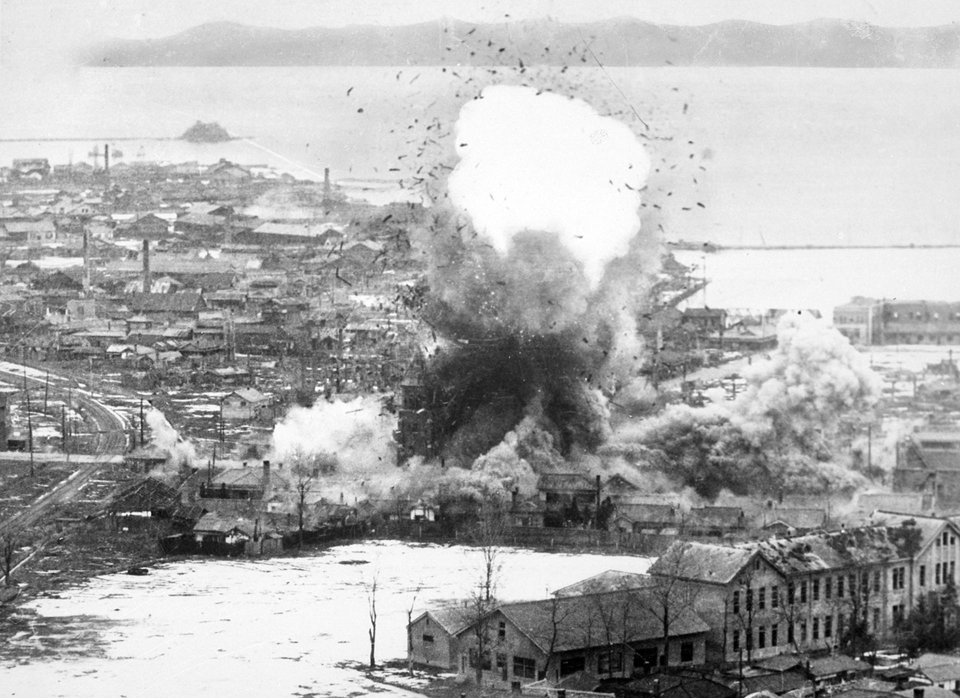 Almacenes de suministros e instalaciones portuarias bombardeados por aviones B-26. Wonsan, Corea del Norte, 1951 (USAF)