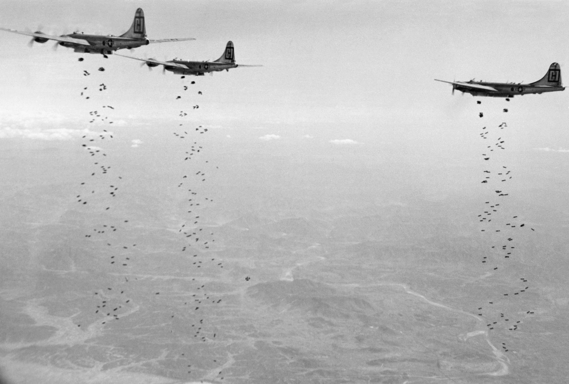Aviones bombardean con toneladas de bombas de alta demolición sobre un objetivo militar estratégico de los comunistas chinos en Corea del Norte el 18 de enero de 1951 (AP)