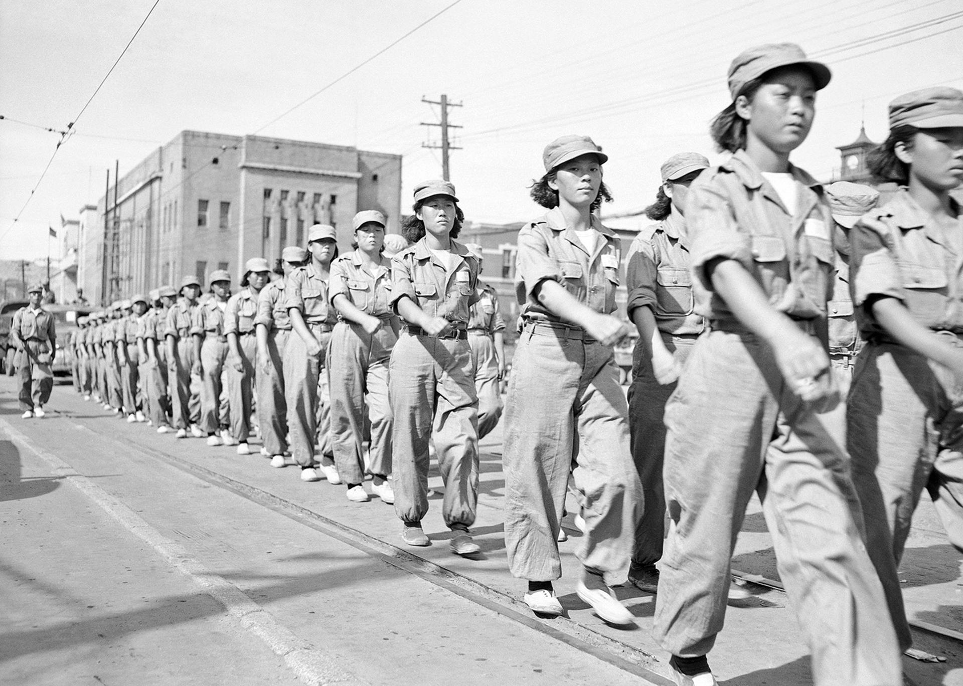 Mujeres surcoreanas a punto de unirse a la batalla, desfilan a través de Pusan, la ciudad principal de las Naciones Unidas en Corea, el 12 de septiembre, 1950 (AP)