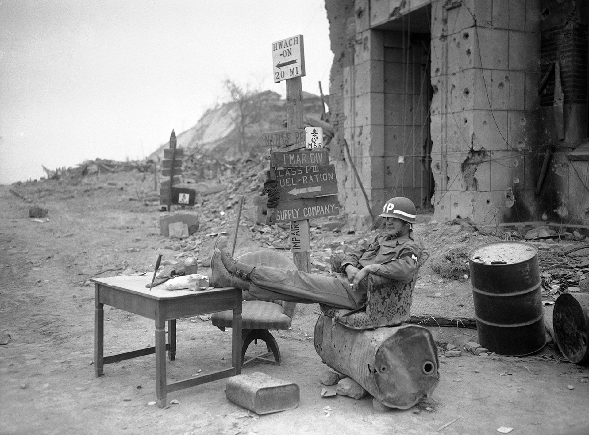 El Sargenta Bernard Young toma un descanso en su puesto de vigilancia (AP)