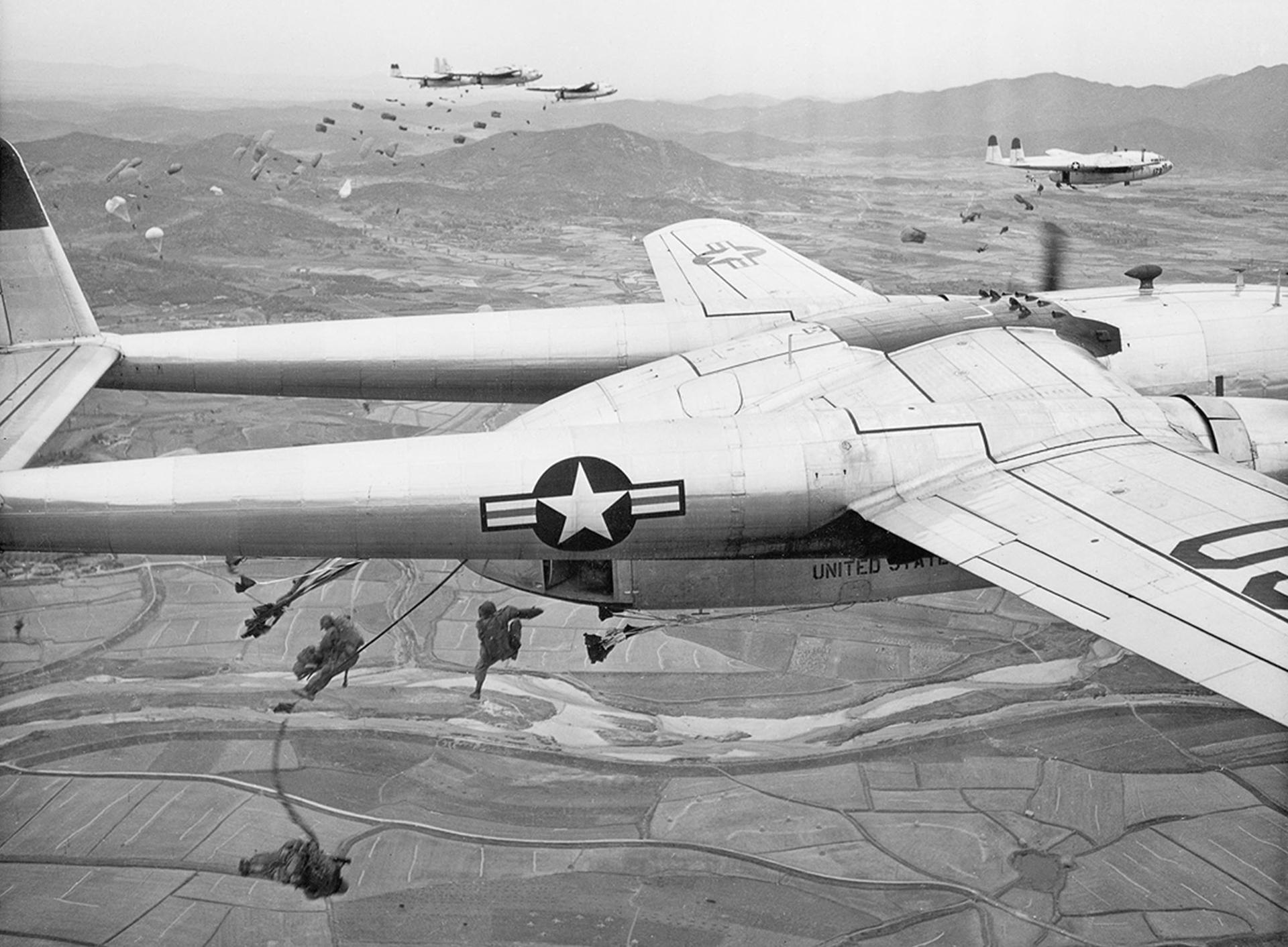 Paracaidistas caen de aviones de transporte de la Fuerza Aérea de EE.UU. C-119 durante una operación sobre un lugar no revelado en Corea, en octubre de 1950 (AP)