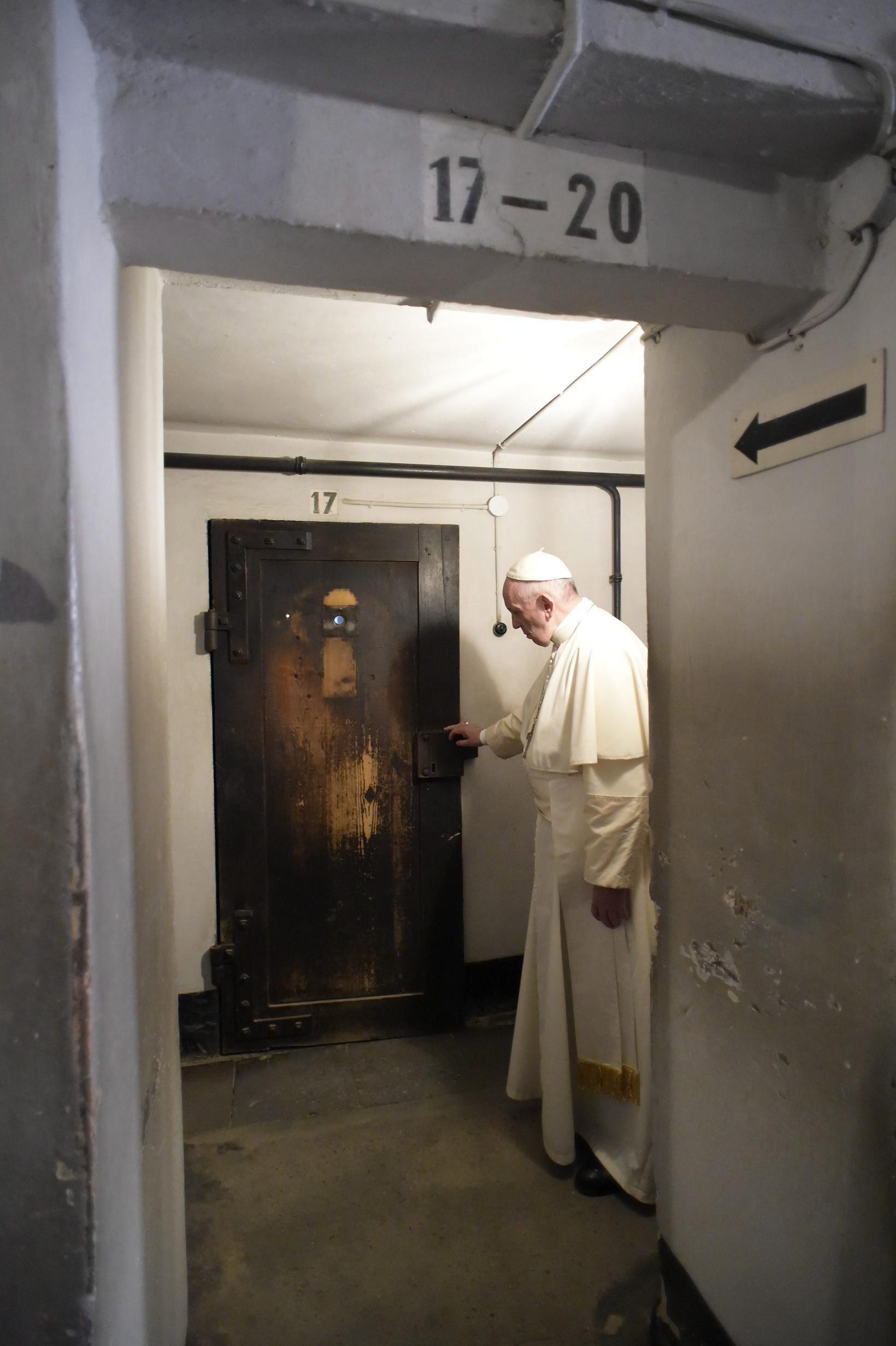 Francisco en la puerta de la celda subterránea en la que murió el sacerdote polaco Maximiliano Kolbe (EFE)