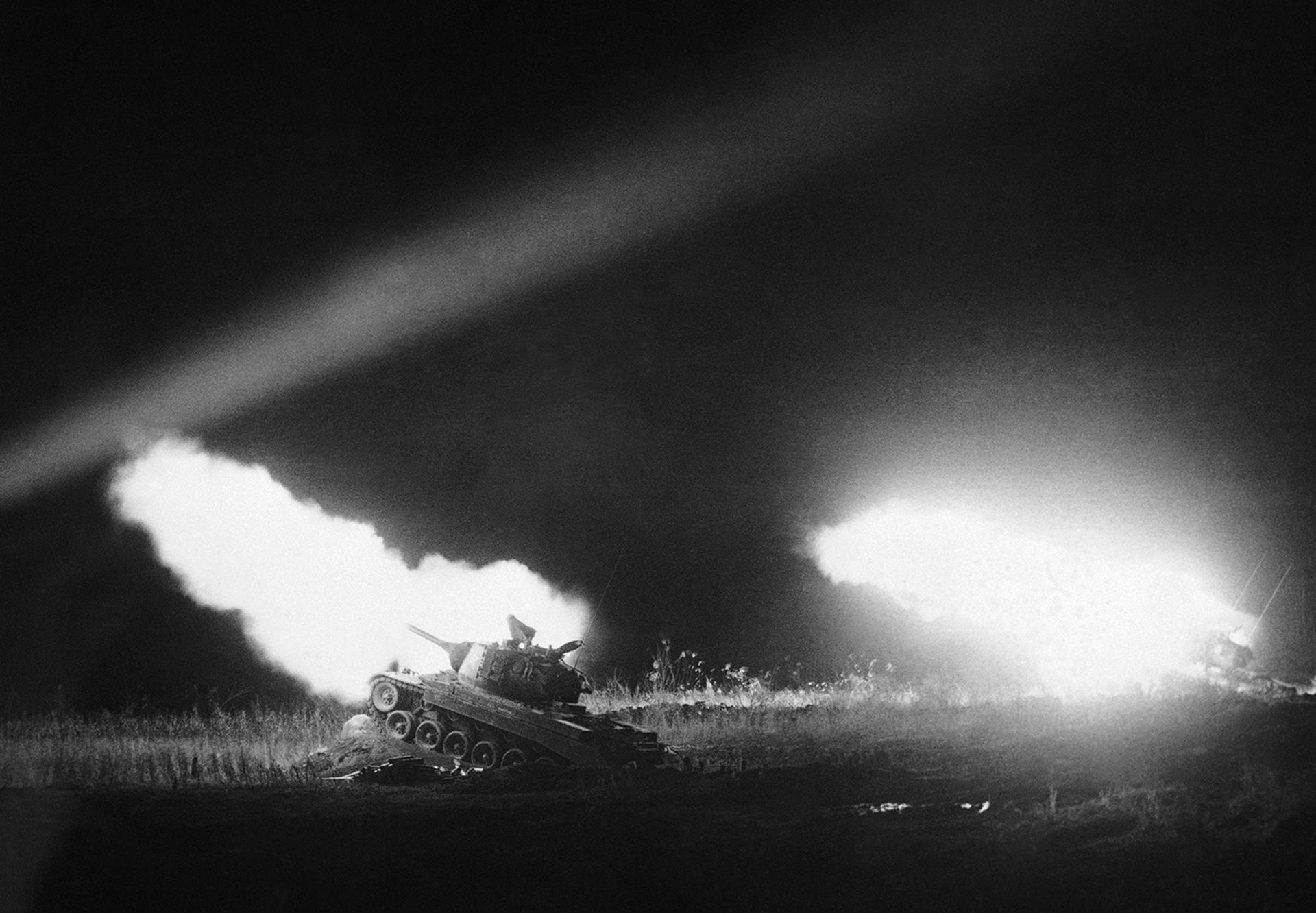 La devastación de los tanques ilumina la noche de Corea, 16 de enero, 1952 (AP)