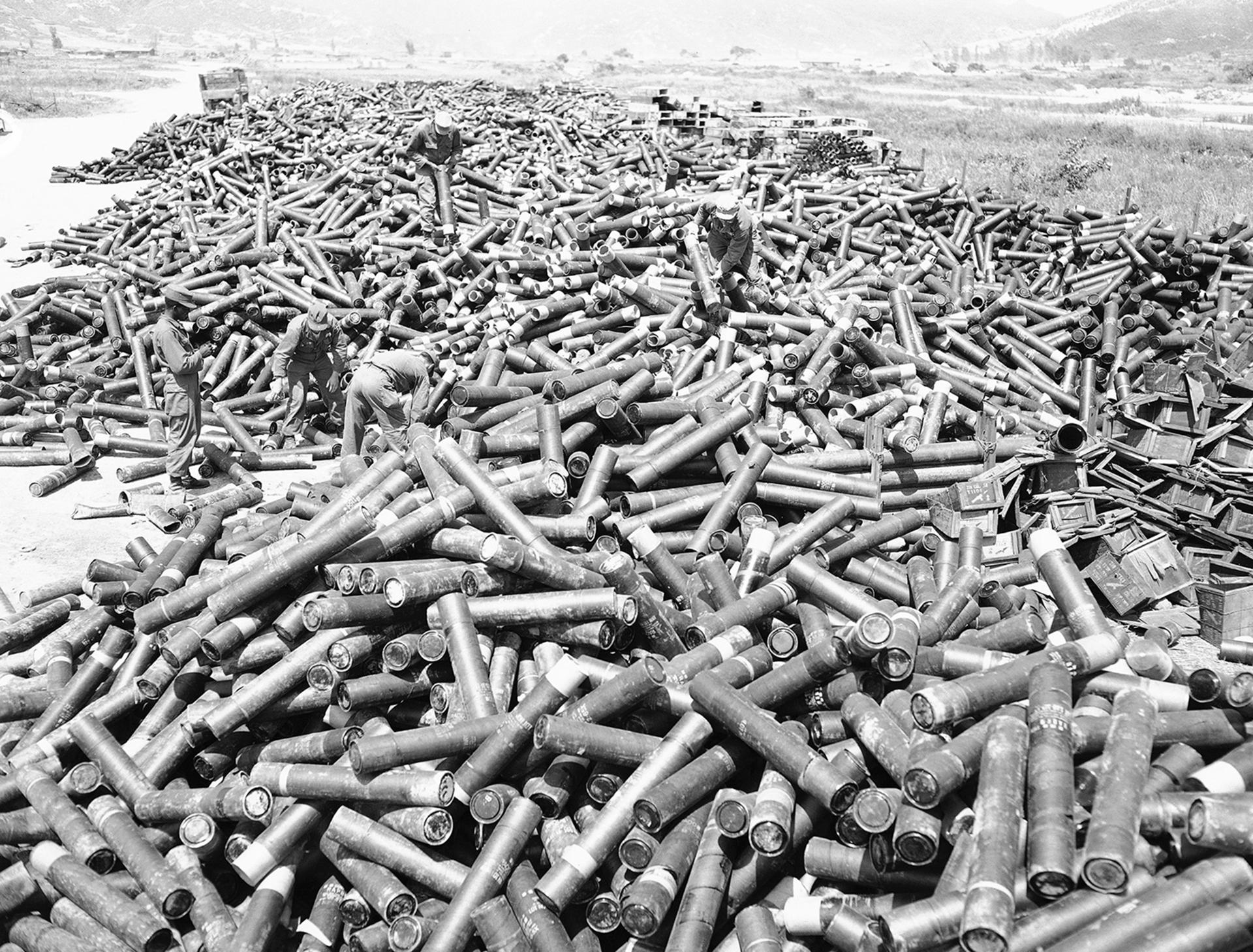 Una enorme cantidad de municiones vacias es recogida por los soldados (AP)