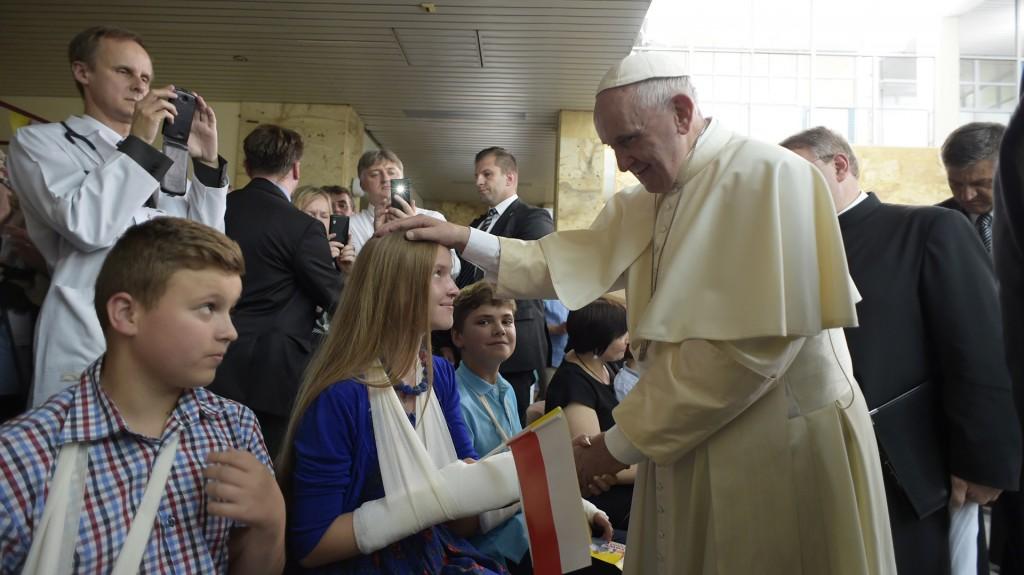 El papa Francisco estuvo en un hospital de niños (Reuters)