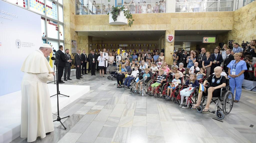 """Me gustaría poder estar un poco cerca de cada niño enfermo"", destacó Francisco (Reuters)"