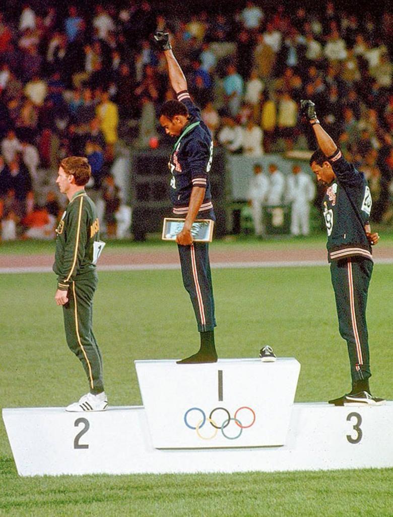 Tommie Smith y John Carlos, descalzos, levantaron sus puños para inmortalizar su protesta