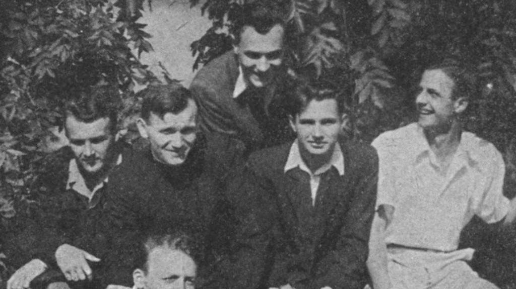 Karol Wojtyla, joven sacerdote (2º desde la izq)