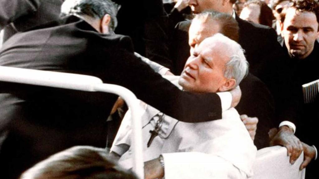 Juan Pablo II se derrumba en el papamóvil, herido de bala (1981)
