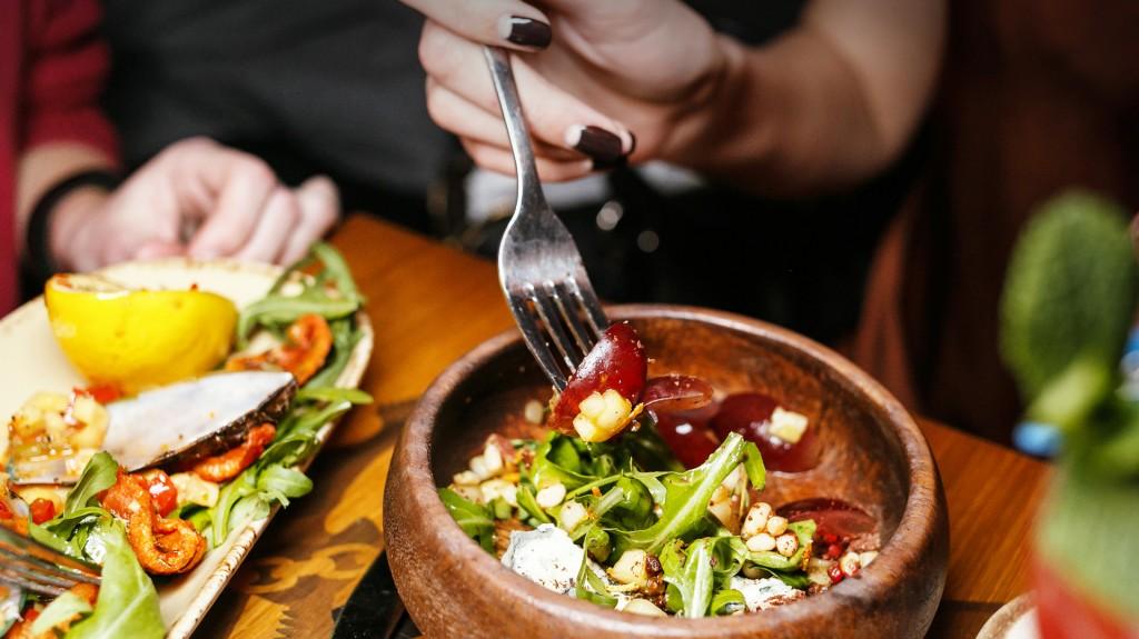 """""""Me daría mucho asco ver a mi novio comer un pollo. Probablemente no podría ni besarlo"""", explica una de las participantes (Shutterstock)"""