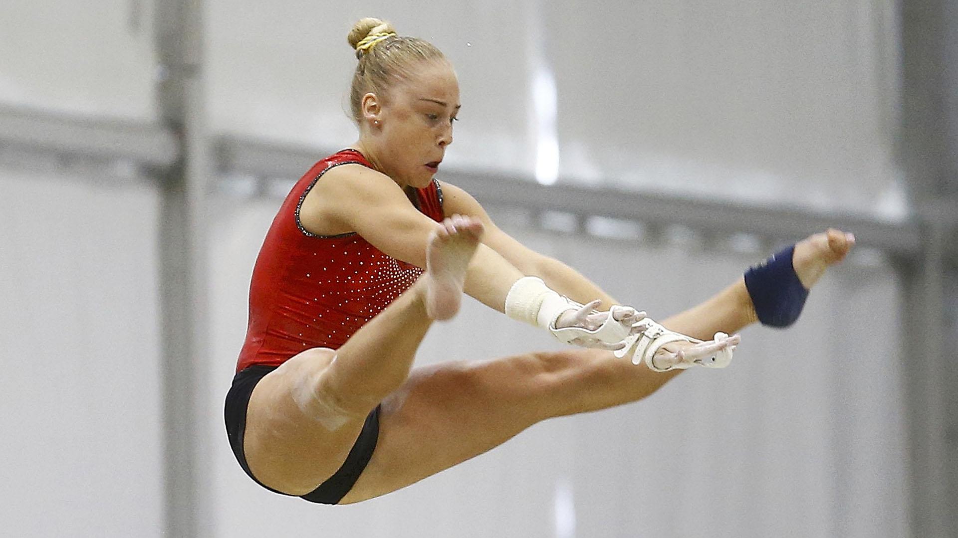 Una de las representantes alemanas practica en las barras paralelas (Reuters)