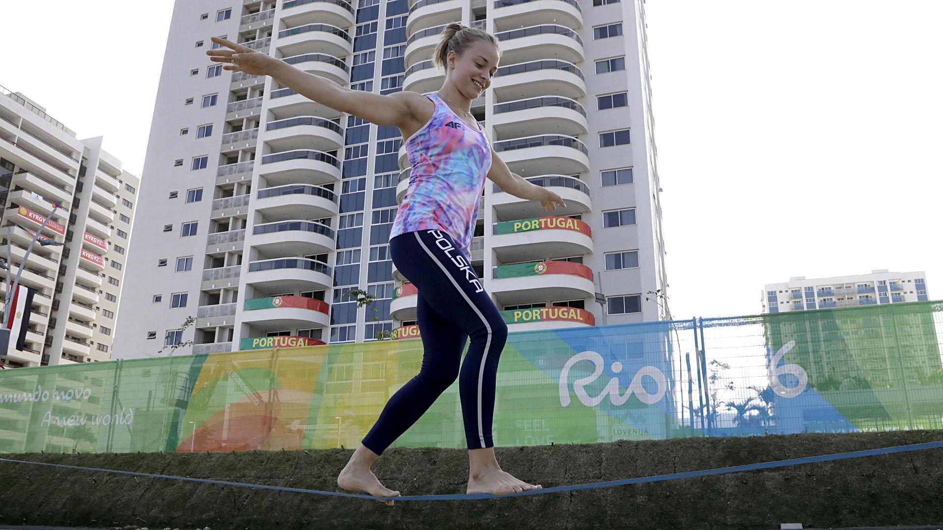 La gimnasta polaca Katarzyna Kowalska-Jurkowska camina sobre la cuerda floja en la Villa Olímpica (AP)