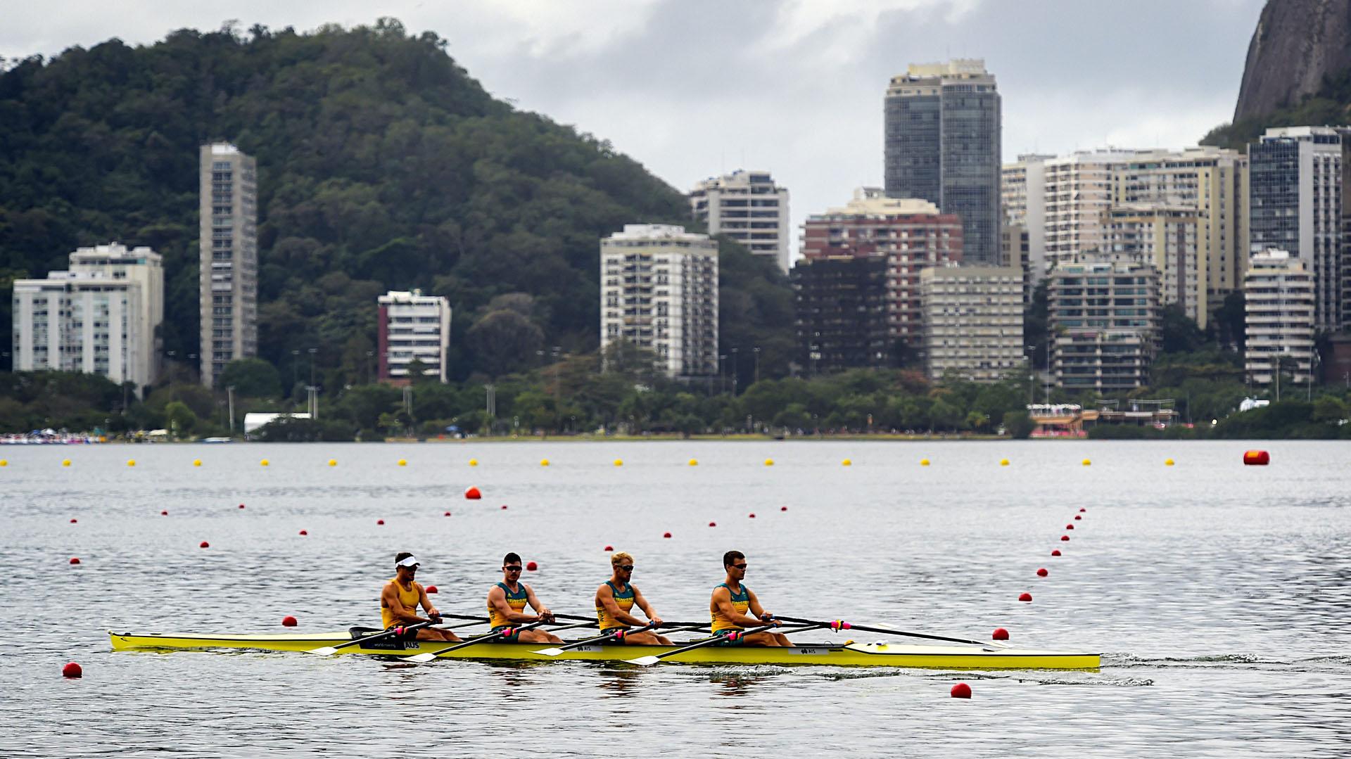 El equipo australiano de remo durante una sesión de entrenamiento en la laguna Rodrigo de Freitas (EFE)