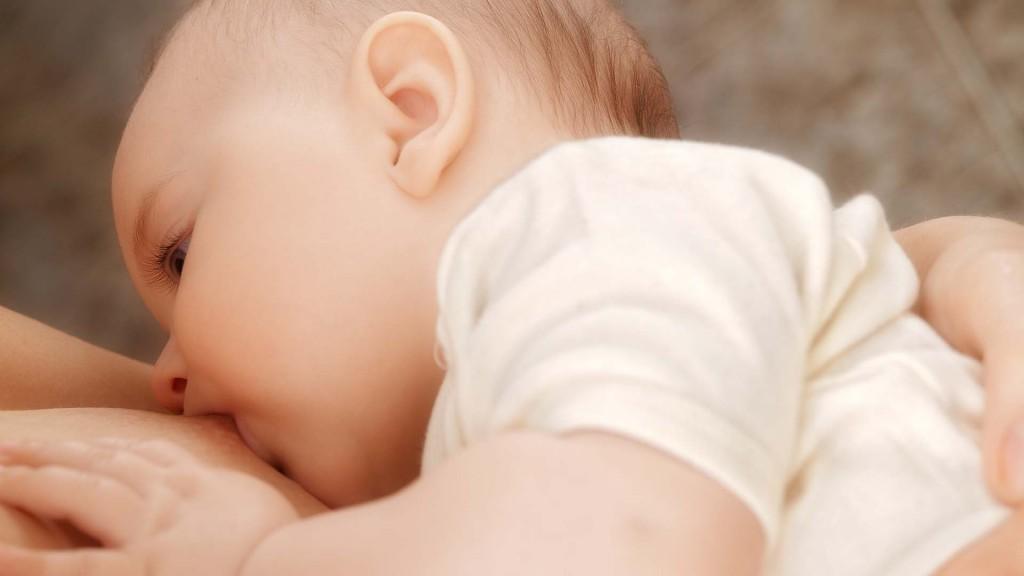 La lactancia materna debe promoverse desde la primera hora de vida del bebé (Shutterstock)
