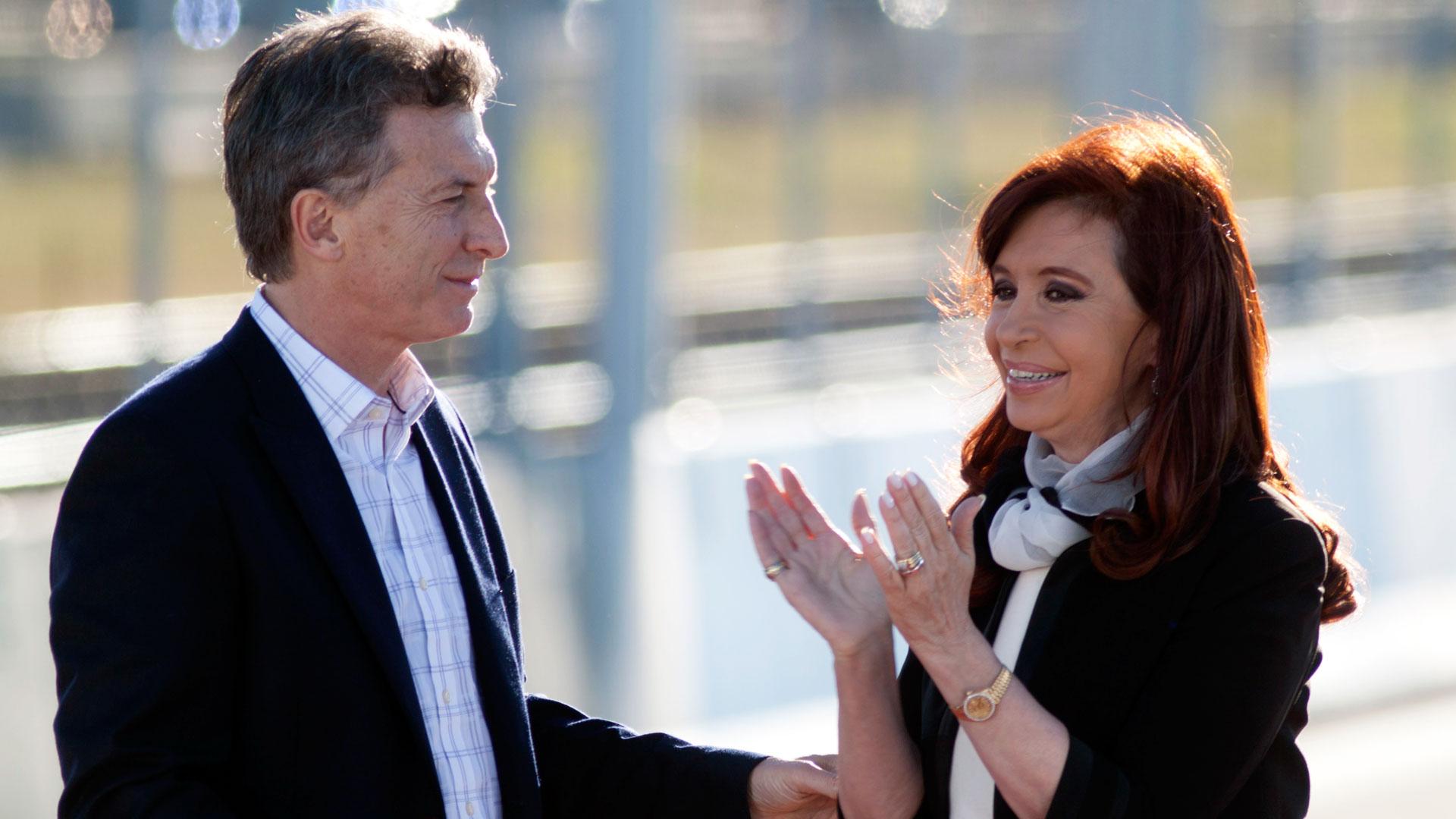 Déficit e inflación marcaron el rumbo económico de Macri y su antecesora, Cristina Kirchner. (NA)