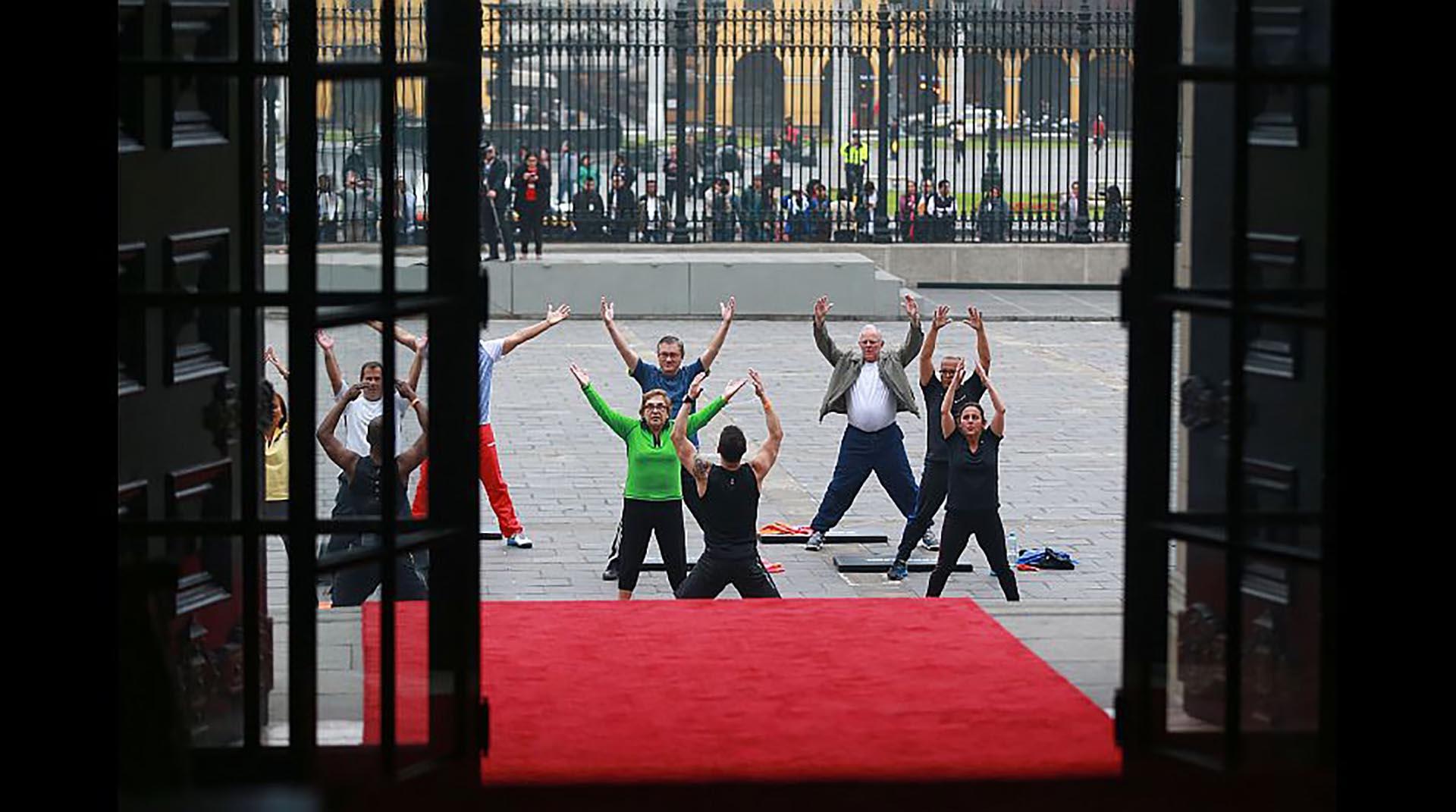 """PPK sostuvo que """"el deporte es bueno para todo"""" y que la gente mayor también puede realizar ejercicios fáciles (Presidencia Perú)"""