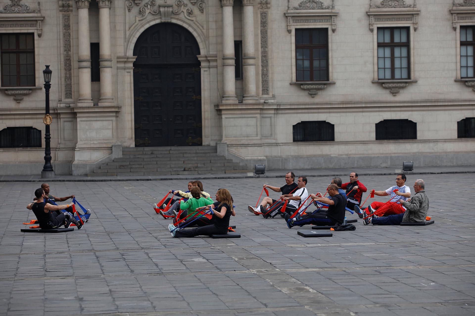 El objetivo de los ejercicios es fomentar el apego al deporte y a la vida sana como medios para que las familias peruanas mejoren su salud y su bienestar (Reuters)