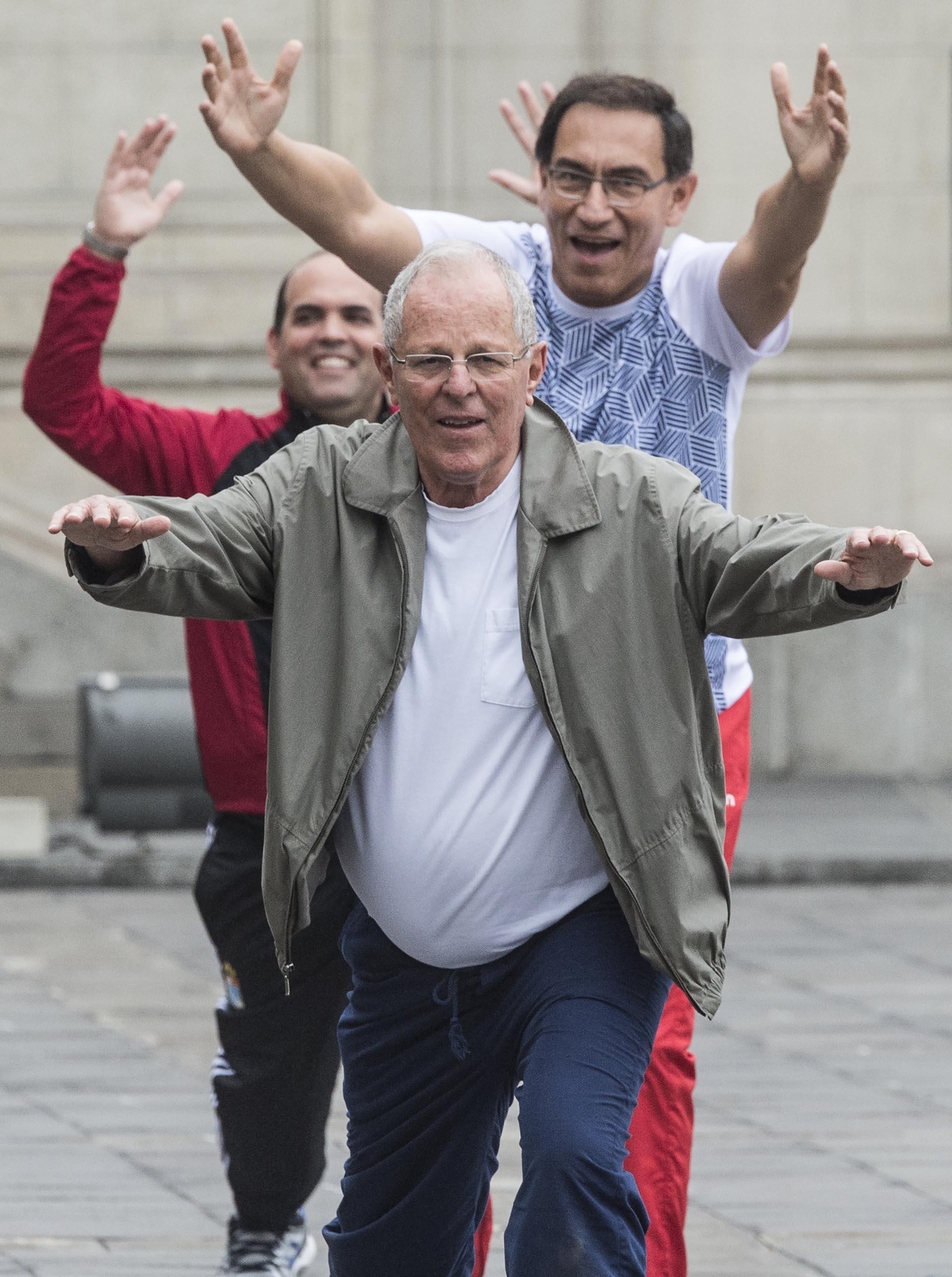 Los ejercicios fueron dirigidos por un preparador argentino y otro colombiano, quienes proveyeron de una colchoneta individual de ejercicio a los participantes (AFP)