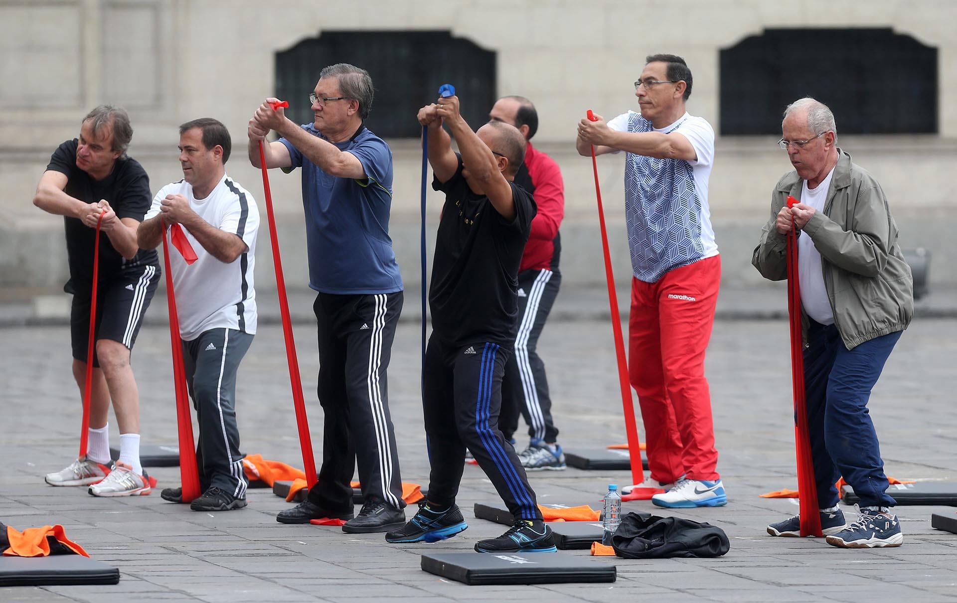 """""""Queremos promover la salud: 'Mente sana, en cuerpo sano', como dice el proverbio en latín"""", afirmó Kuczynski a periodistas, vestido con ropa de deporte (EFE)"""