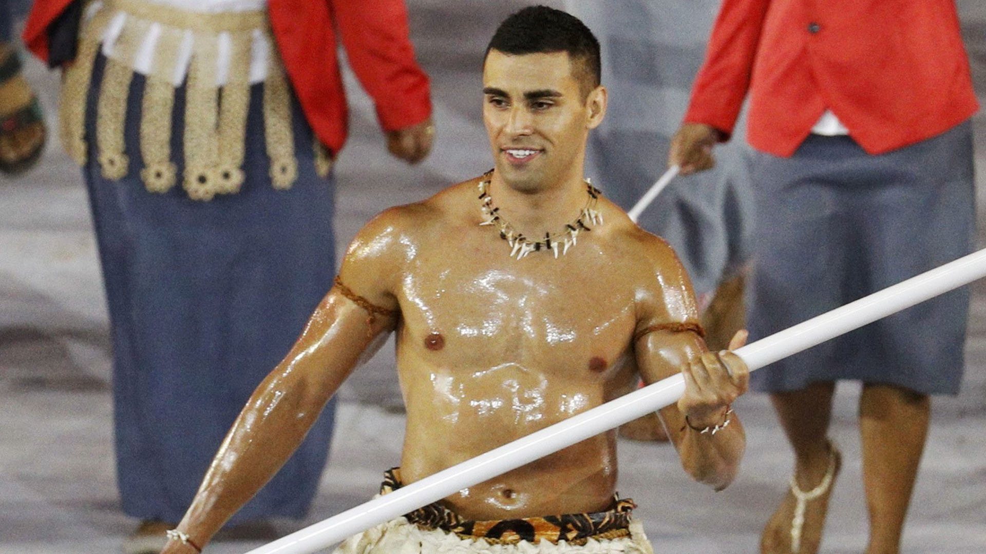 Pita Taufatofua, en el desfile inaugural de Rio 2016 en el estadio Maracaná (Reuters)