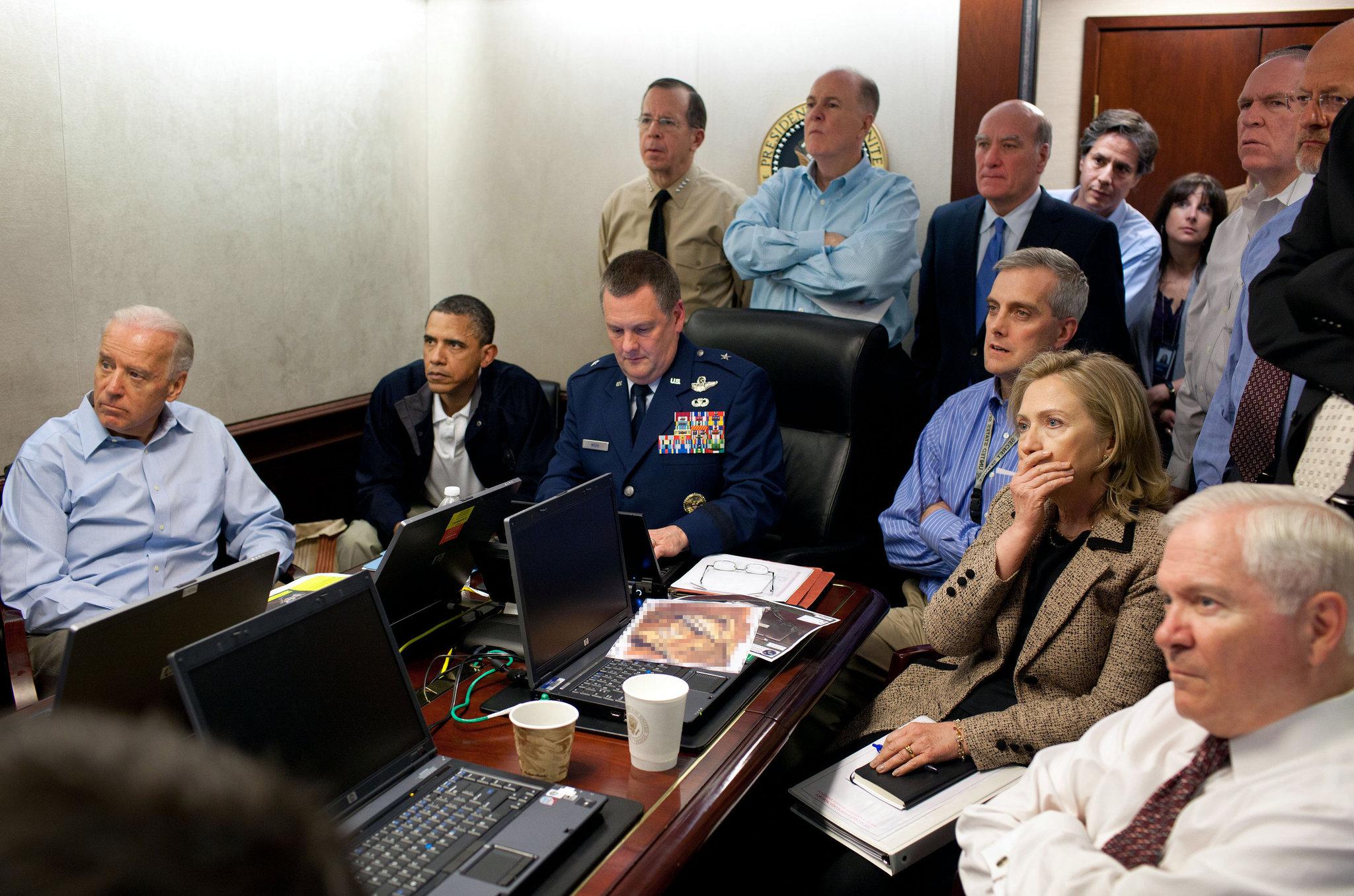 El entonces presidente Barack Obama junto a su vice Joe Biden y Hillary Clinton, entonces secretaria del Departamento de Estado, siguiendo en la sala de situación de la Casa Blanca la misión en la que dieron muerte a Osama Bin Laden en la noche del 2 de mayo de 2011 (Foto: AP)