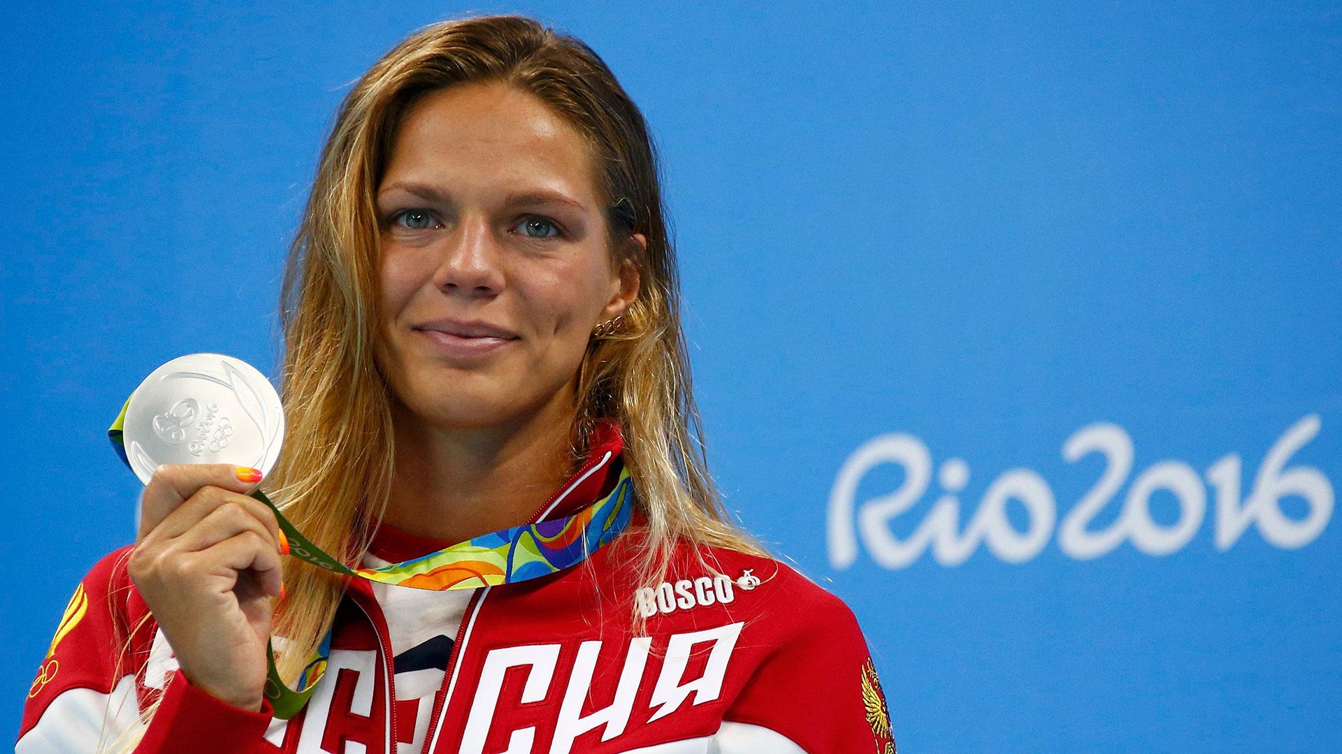 La rusa Yulia Efimova posa con su medalla de plata en el podio de los 100 metros de natación (Reuters)