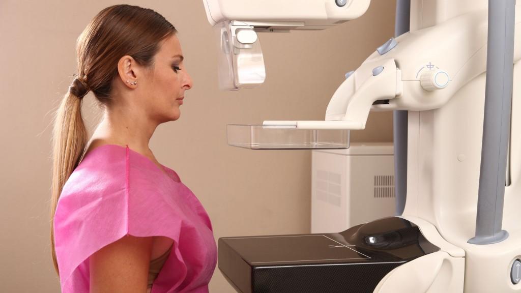 Las mujeres sin antecedentes de cáncer de mama deben incorporar la mamografía anual a partir de los 40 años (Shutterstock)