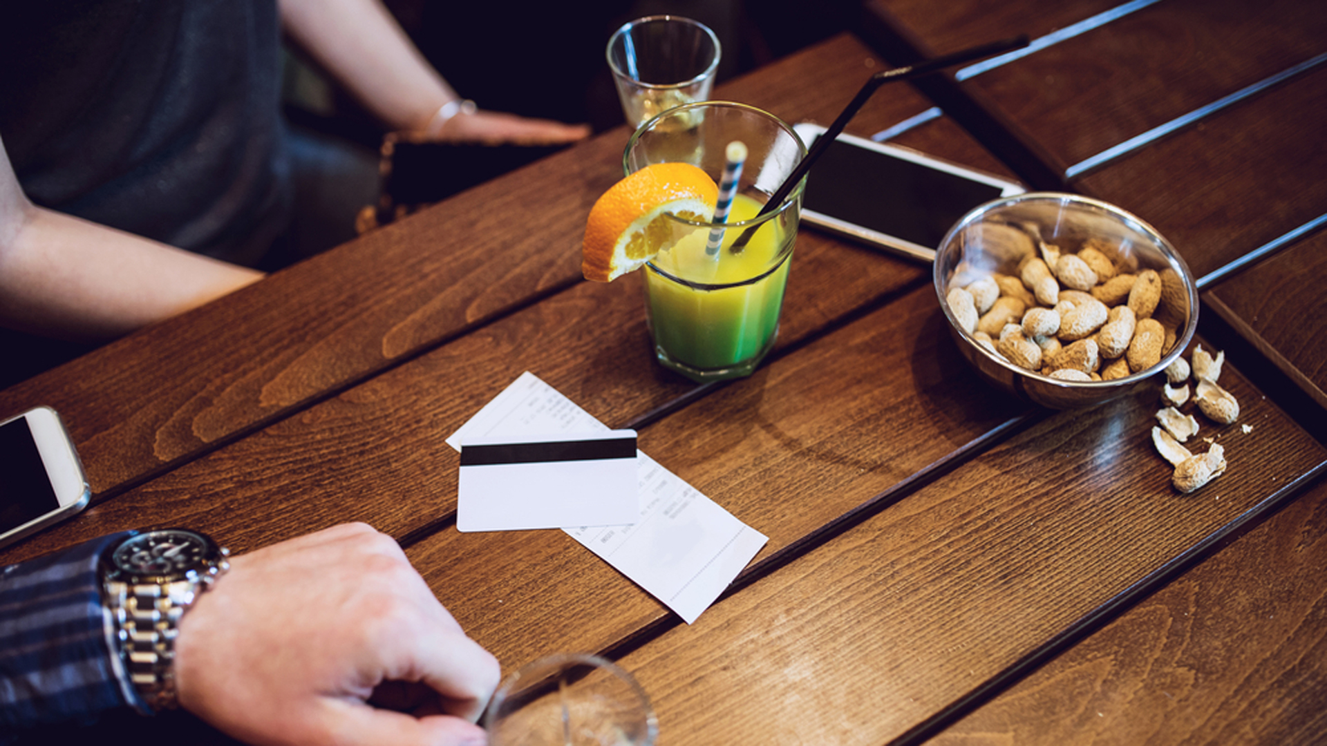 Algunos locales gastronómicos ponen un cargo extra para aquellos comensales que consuman una entrada y compartan entre ambos el plato principal (Shutterstock)